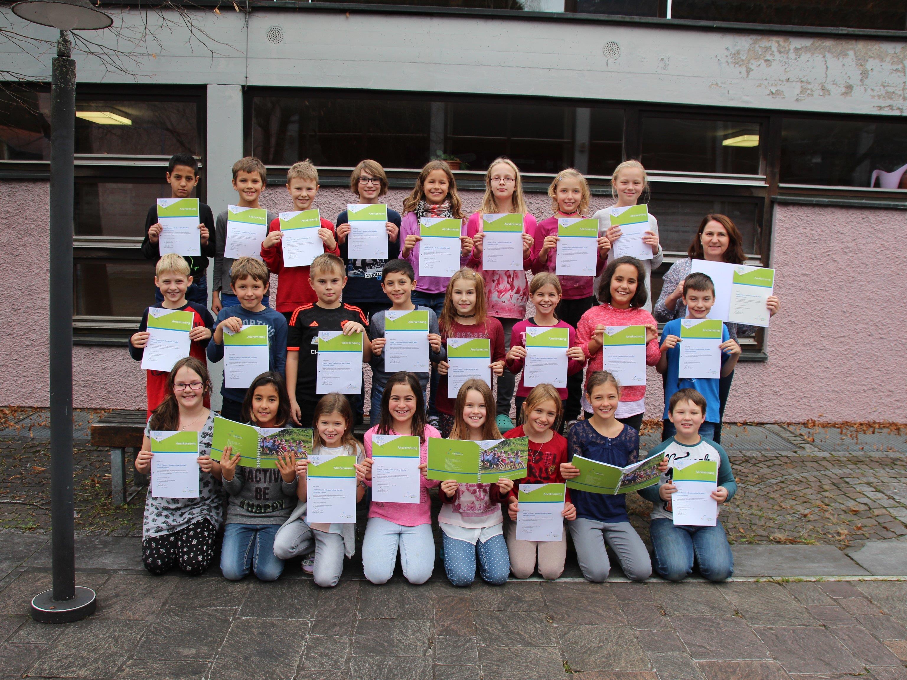 Die Kinder der vierten Volksschulklasse mit ihren Urkunden.
