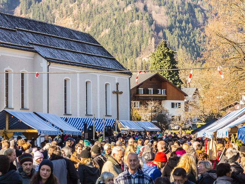 Bereits um die Mittagszeit zog der Vandanser Adventmarkt zahlreiche Besucher an.