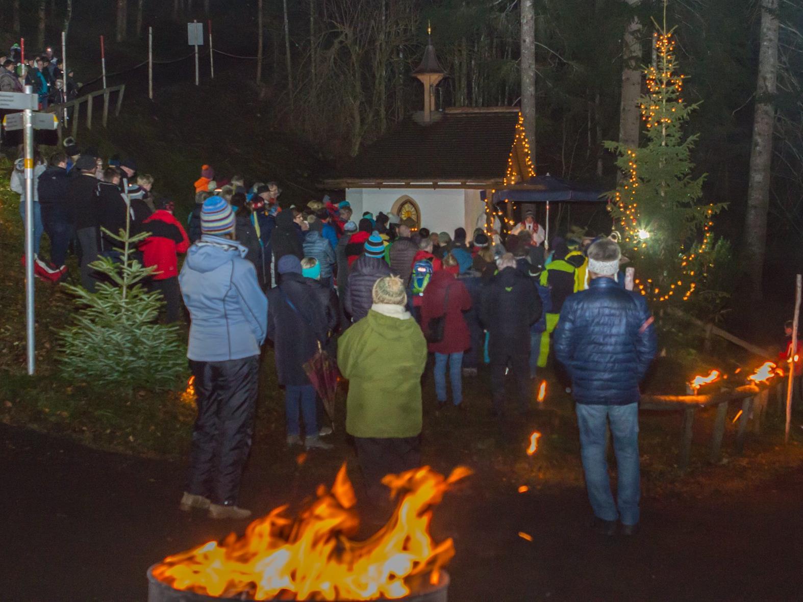 Fast 200 Gläubig fanden den Weg zur Waldweihnacht bei der Mansaurakapelle.