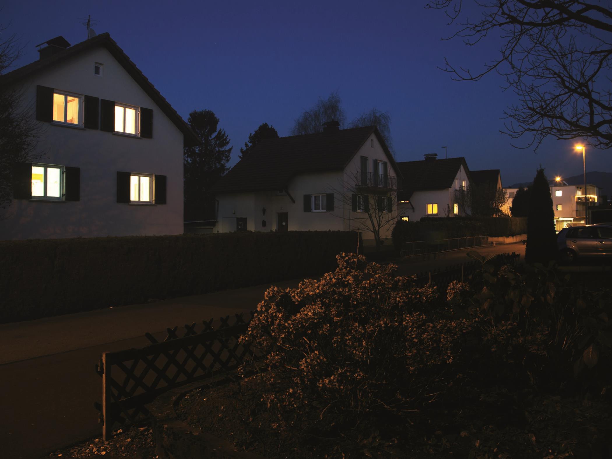 Die automatische Beleuchtung mit LEDON Guard hilft, dass die Aufmerksamkeit von Einbrechern nicht auf ein unbeleuchtetes Haus fällt.