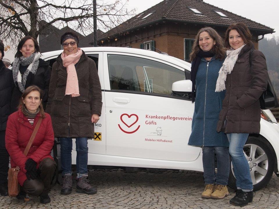 Obfrau Uschi Österle freut sich mit ihrem KPV-Team über das neue, umweltfreundliche Fahrzeug.