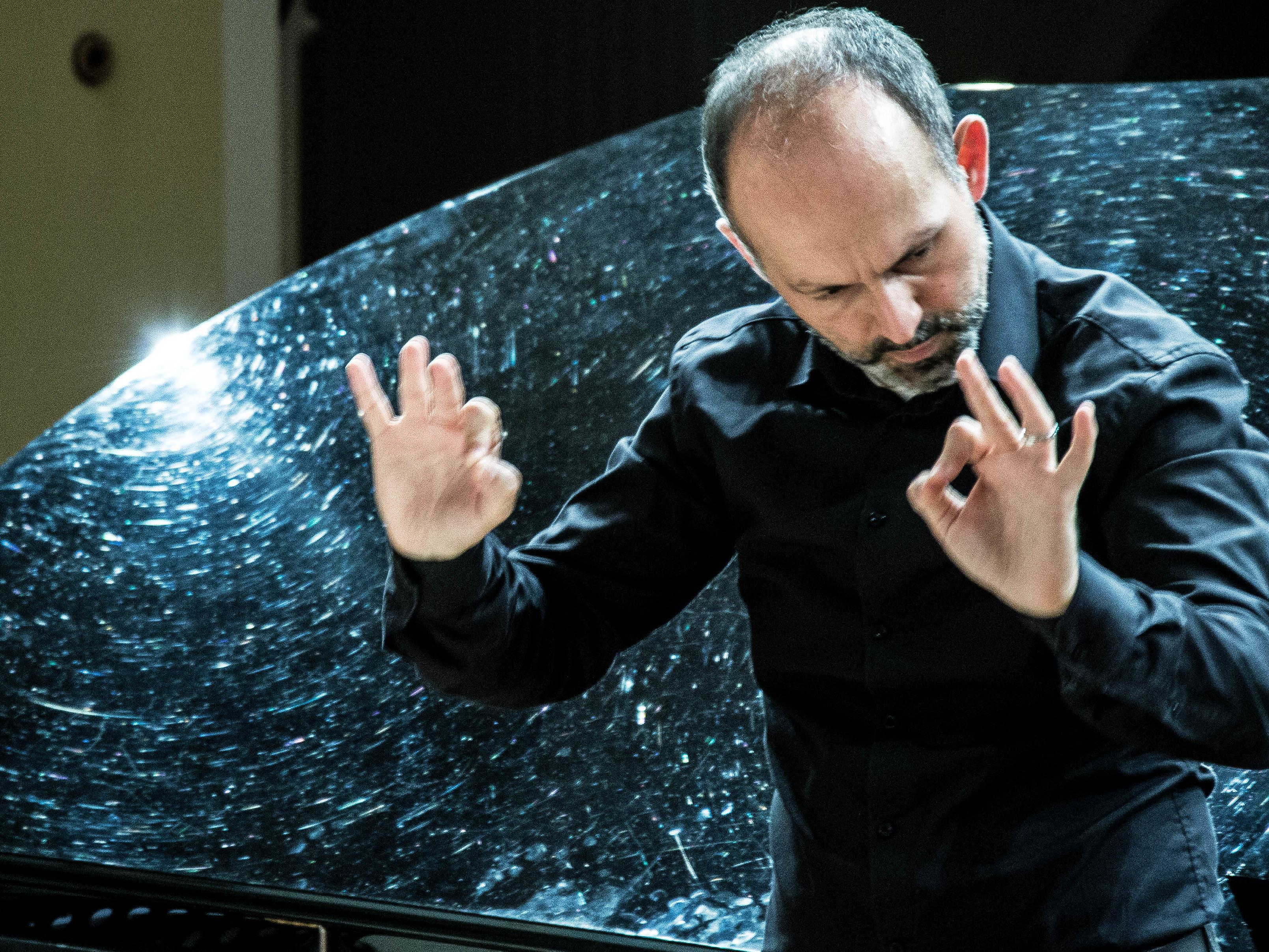 Der Dirigent und Orchesterpädagoge leitet das Sinfonieorchester des Landeskonservatoriums.