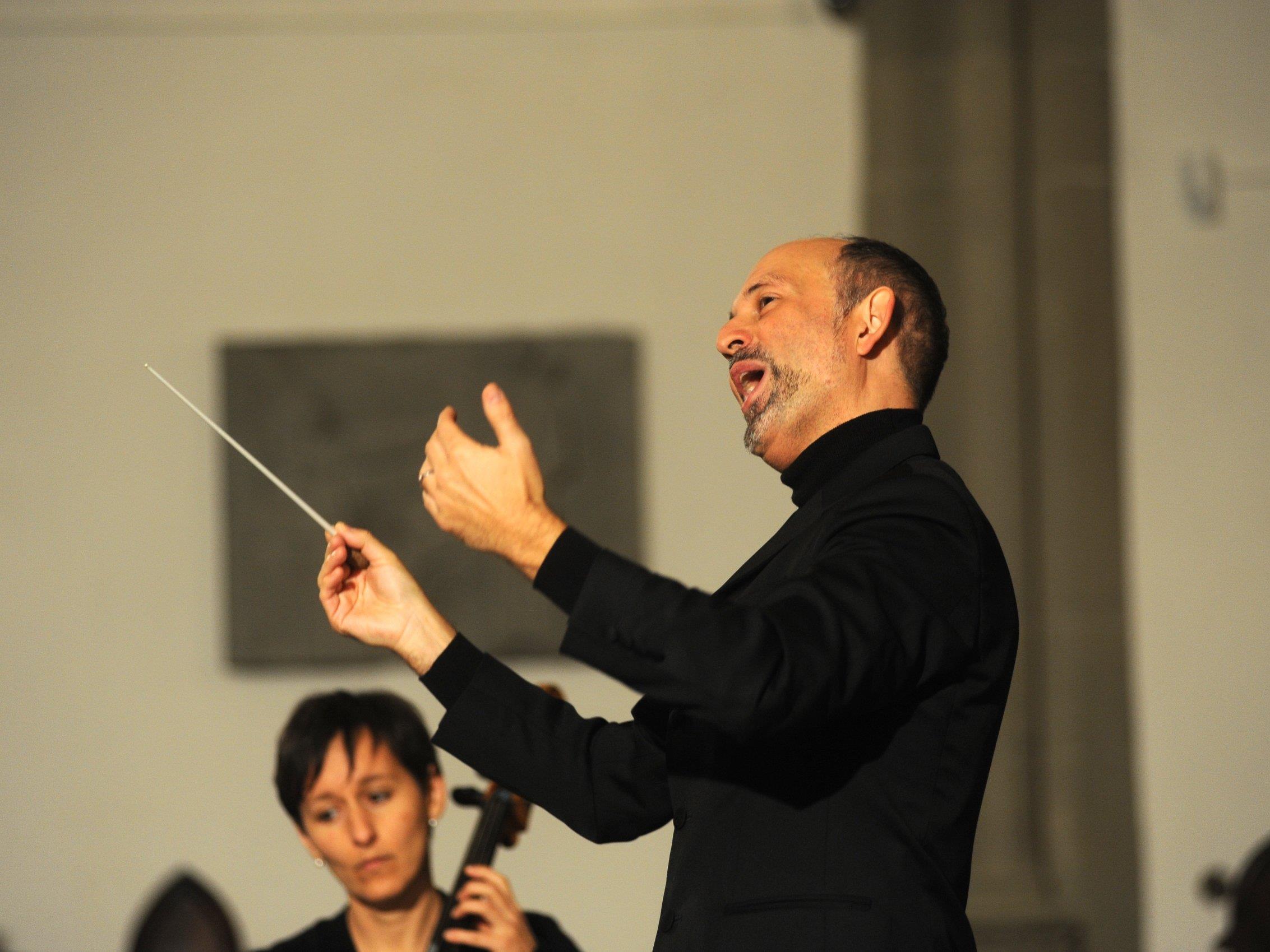 Einfühlsam und schwungvoll dirigiert DKM Benjamin Lack Orchester, Projektchor und Solisten.