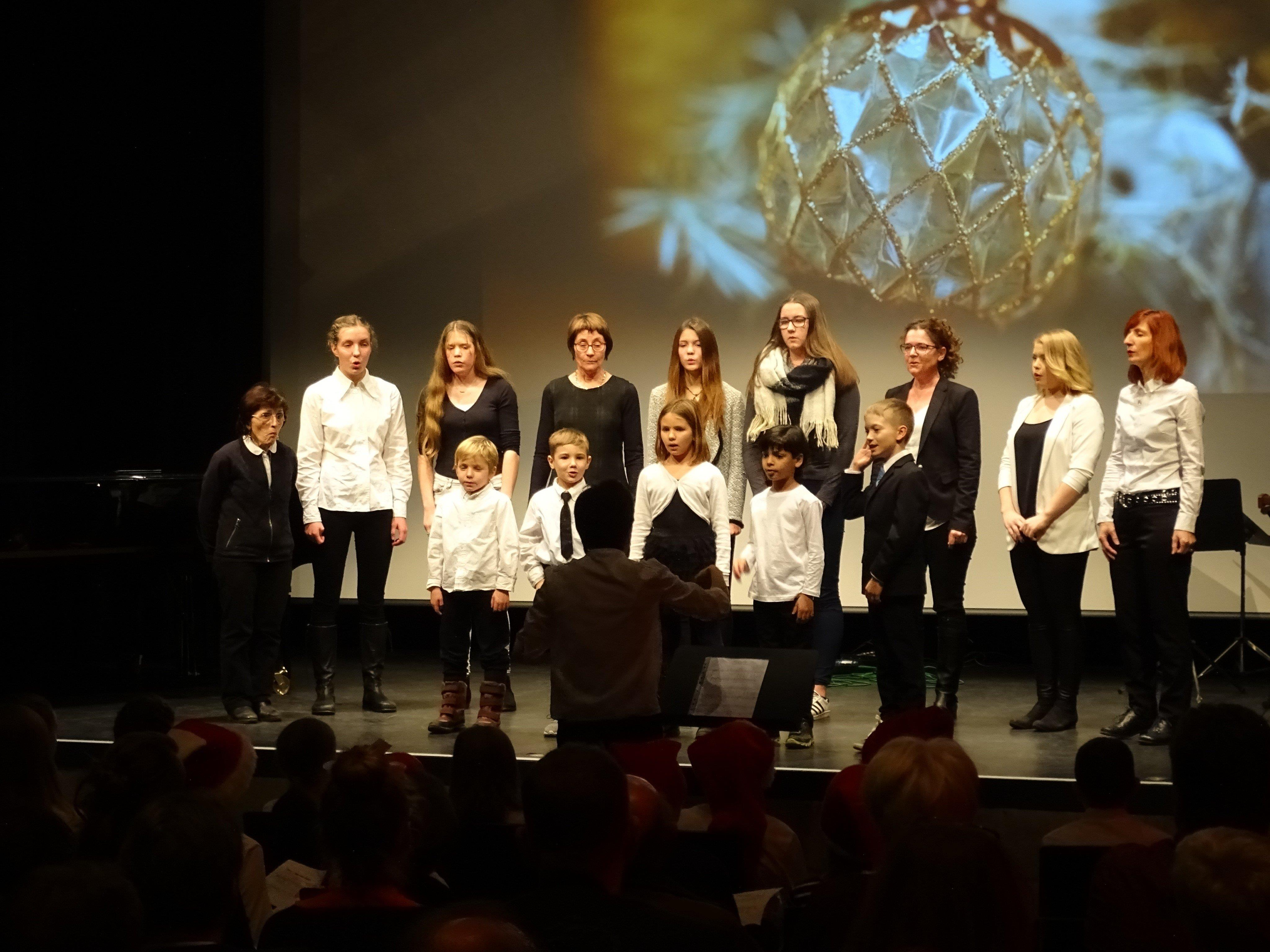 Der gemeinsame Auftritt von Kinderchor und Frauengesangsensemble lieferte einen besinnlichen Ausklang.