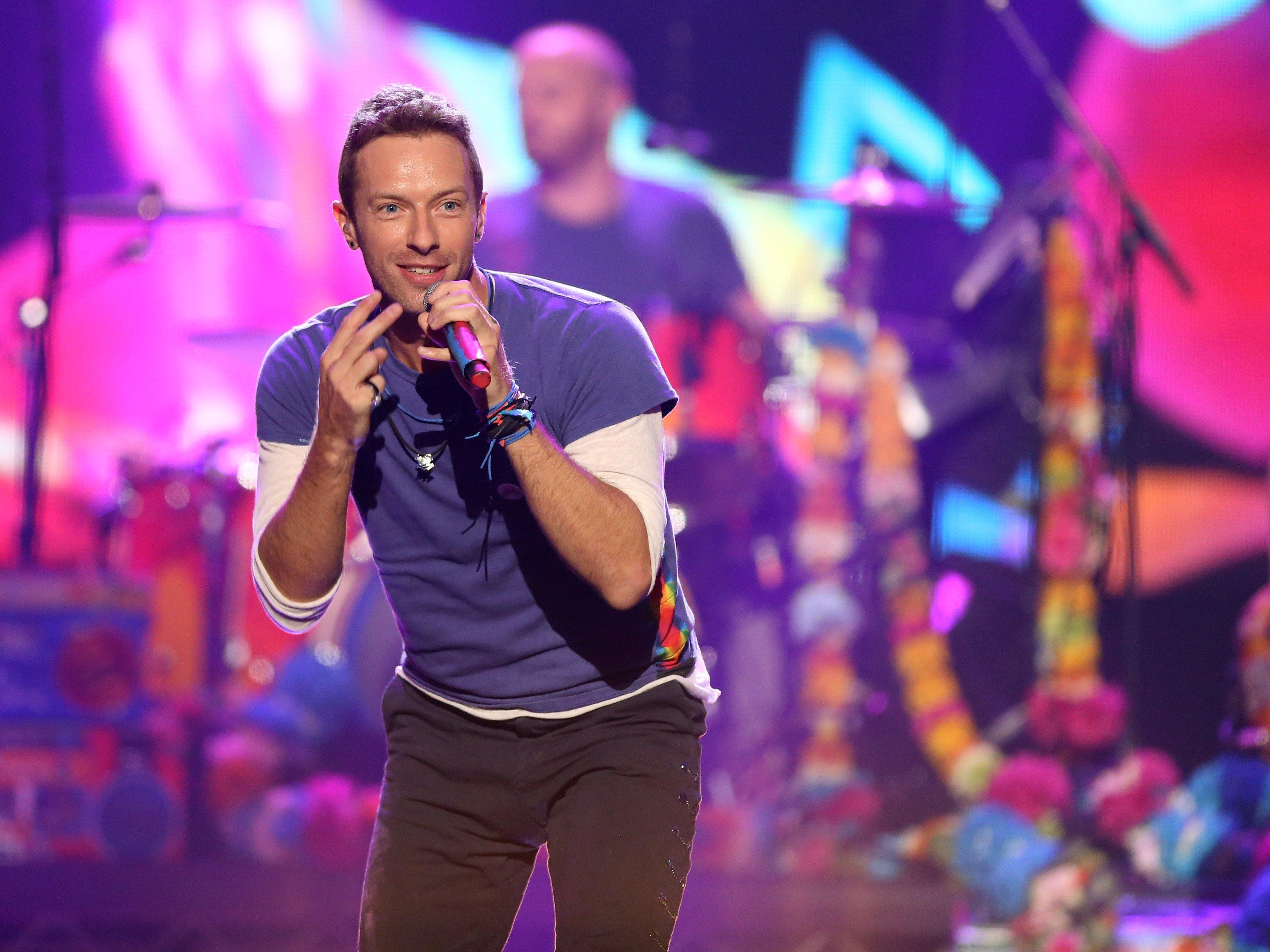 Coldplay-Sänger Chris Martin bat bei einem Konzert die falsche Frau für einen Heiratsantrag eines Fans auf die Bühne.