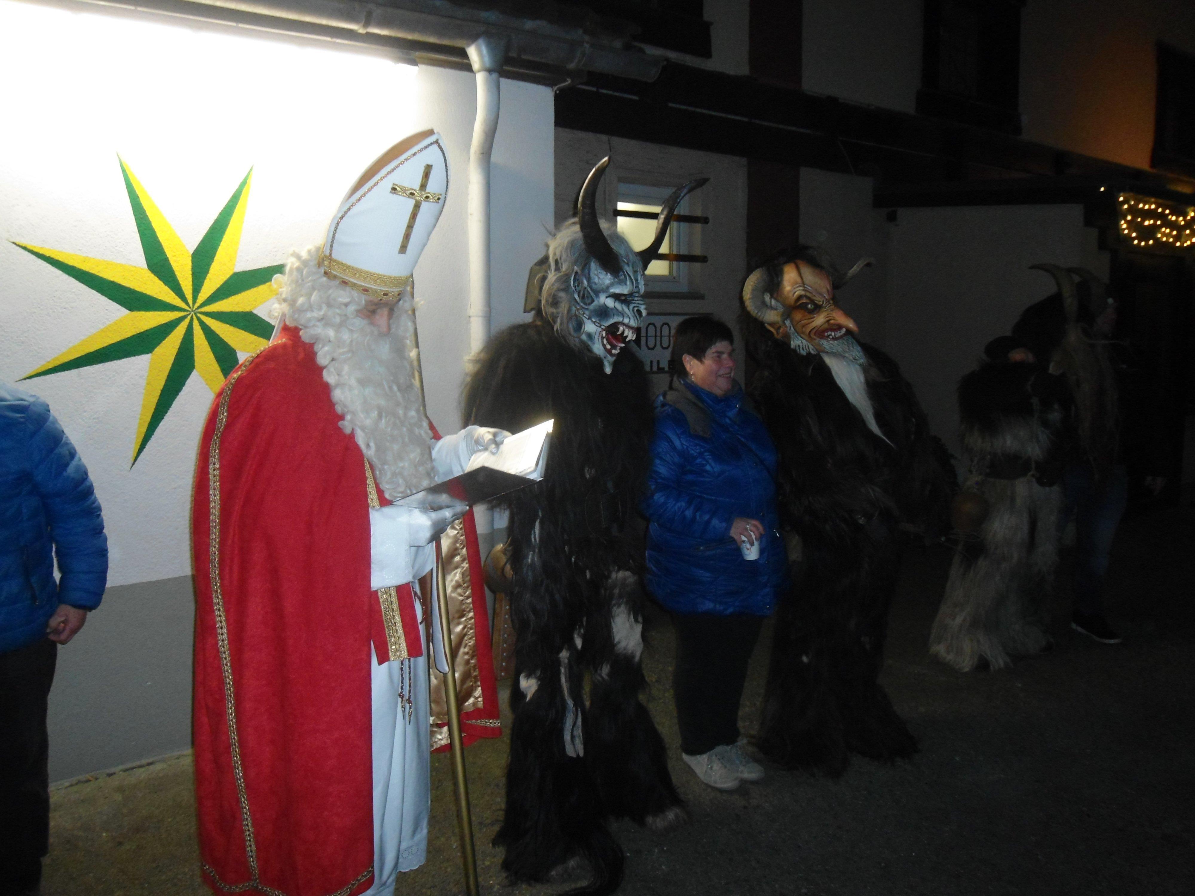 Lob und Tadel durch St. Nikolaus für die Sternen-Sparer