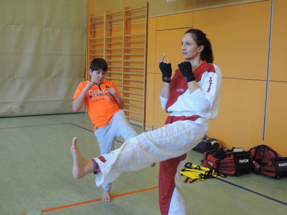 Bianca Amann zeigten den Schülern der 2b Klasse die Kickboxelemente und einiges aus dem Taebo-Bereich.