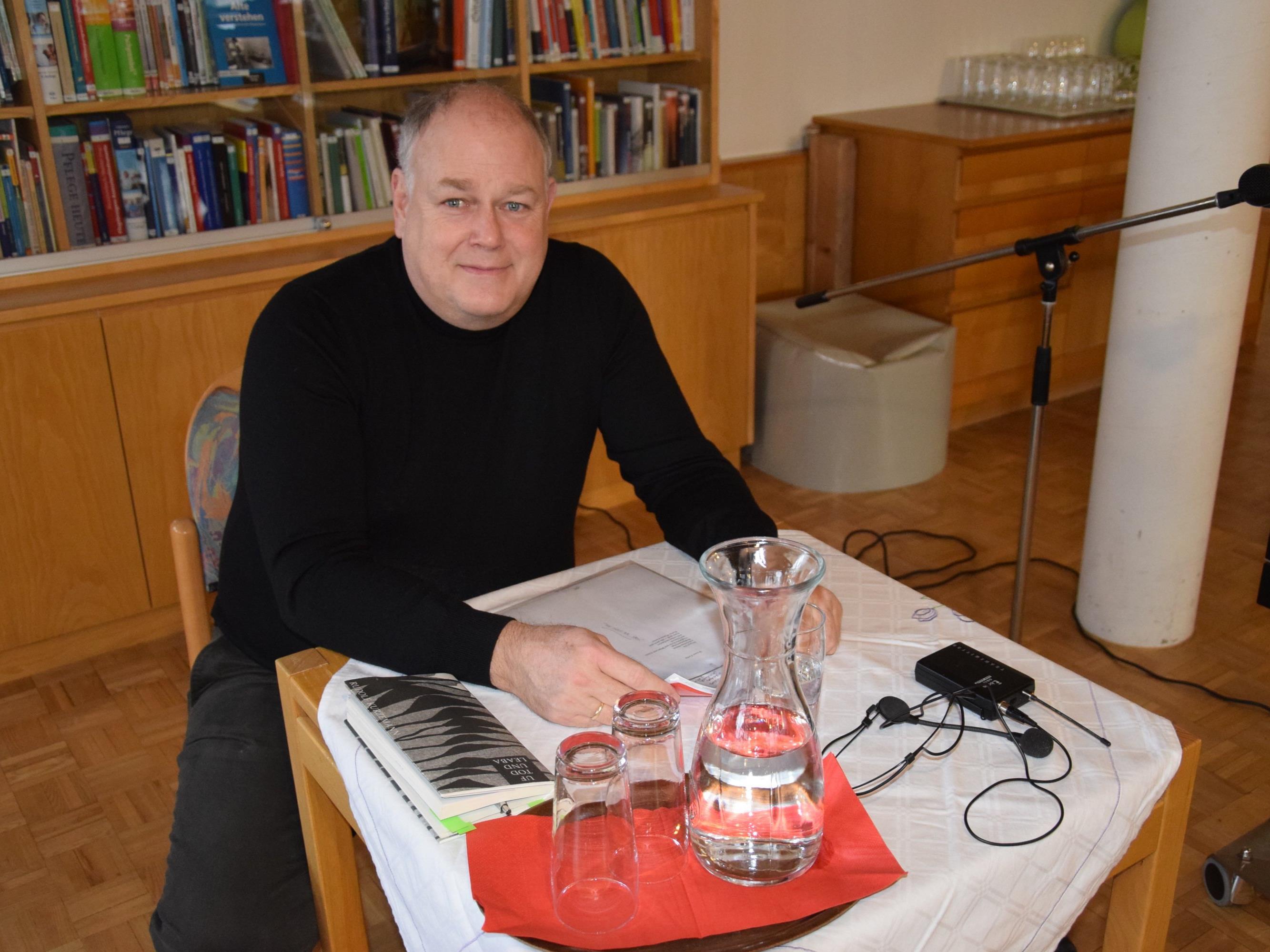 Christoph Kurzemann las beim letzten Seniorenhock in diesem Jahr heitere und besinnliche Texte
