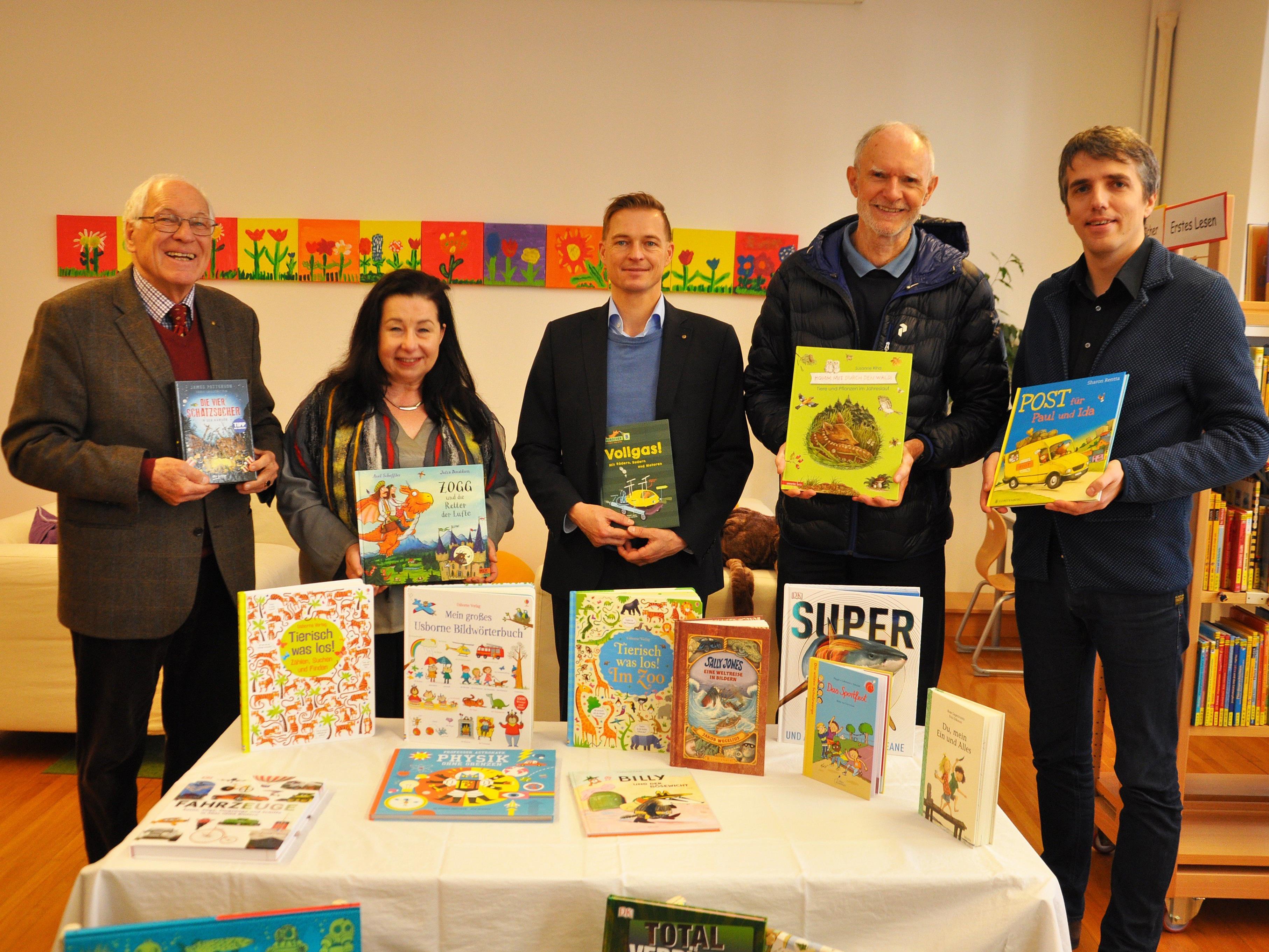 Der Rotary Club Dornbirn unterstützt die VS Markt mit Lesepaten und einer Bücherspende.