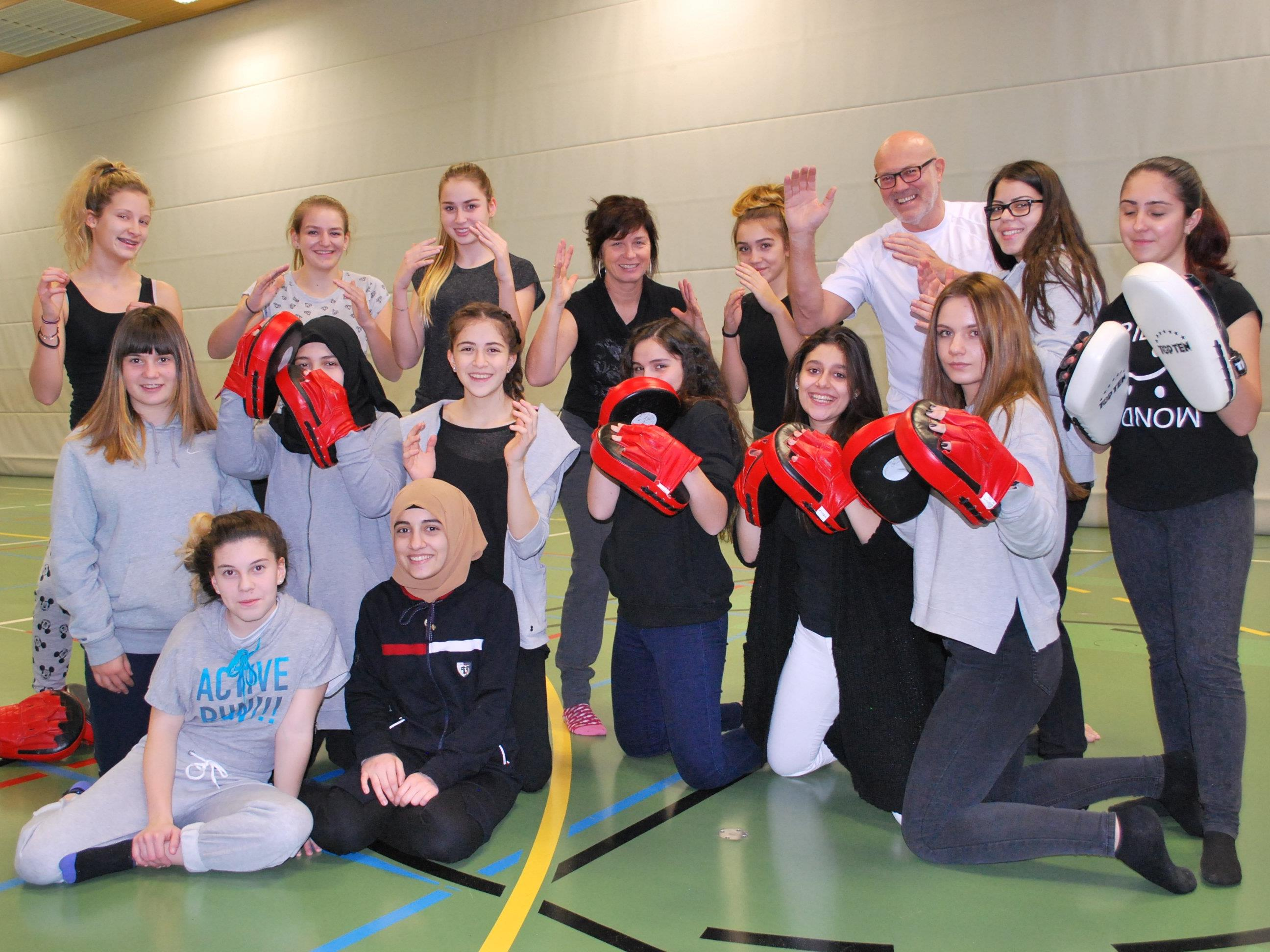 Landestrainer Walter Braitsch von Karate Vorarlberg bringt SPM an die Polytechnische Schule Dornbirn. Die Lehrerin Christa Giesinger ist ebenfalls dabei. (4. vl hinten)