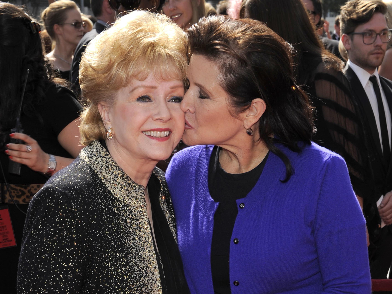 Nur einen Tag nach ihrer Tochter Carrie Fisher (r.) ist auch Hollywood-Star Debbie Reynolds gestorben.