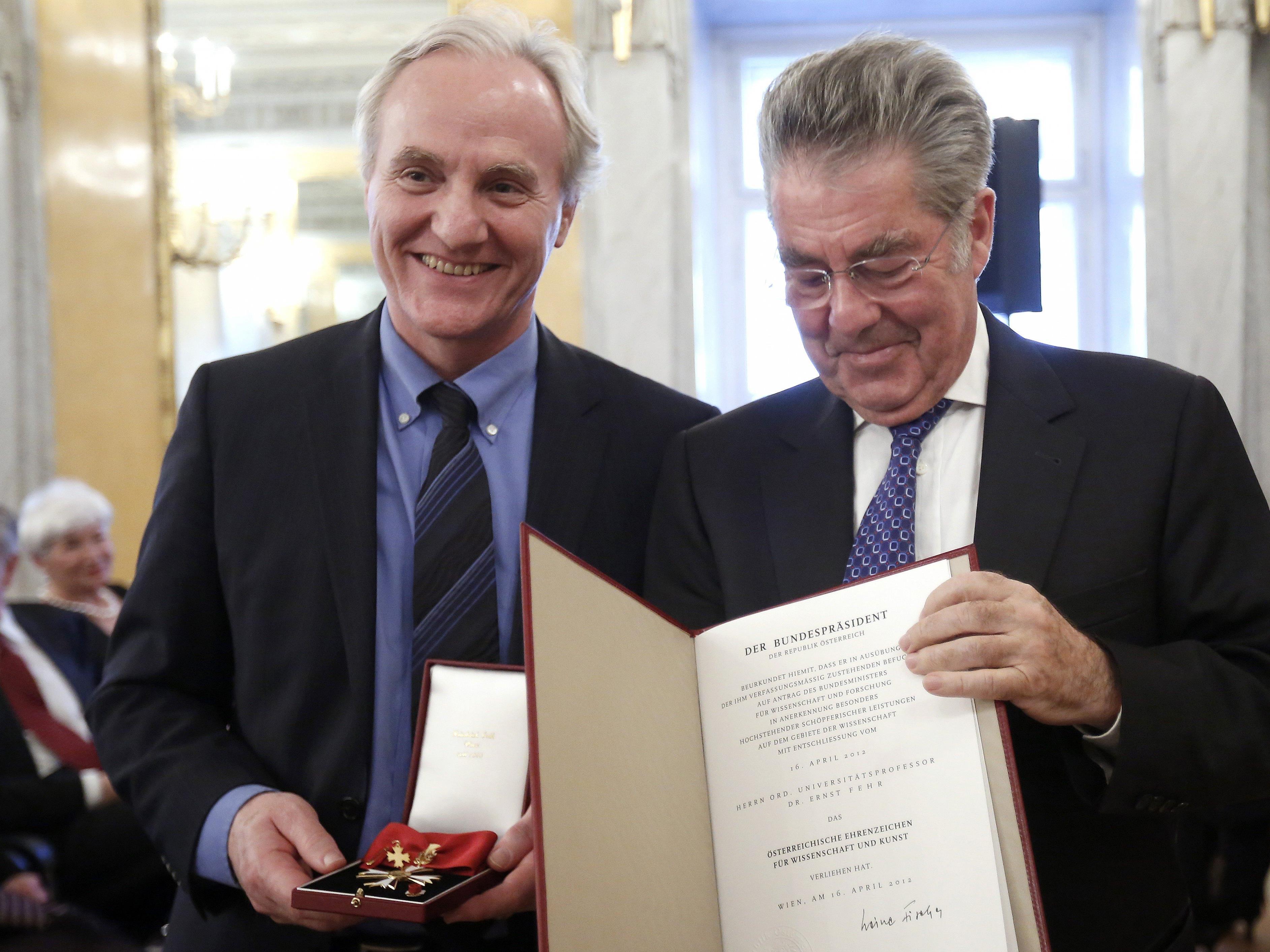 Ernst Fehr bei der VErleihung des Österreichischen Ehrenzeichens durch Bundespräsident Fischer im Jahr 2012.