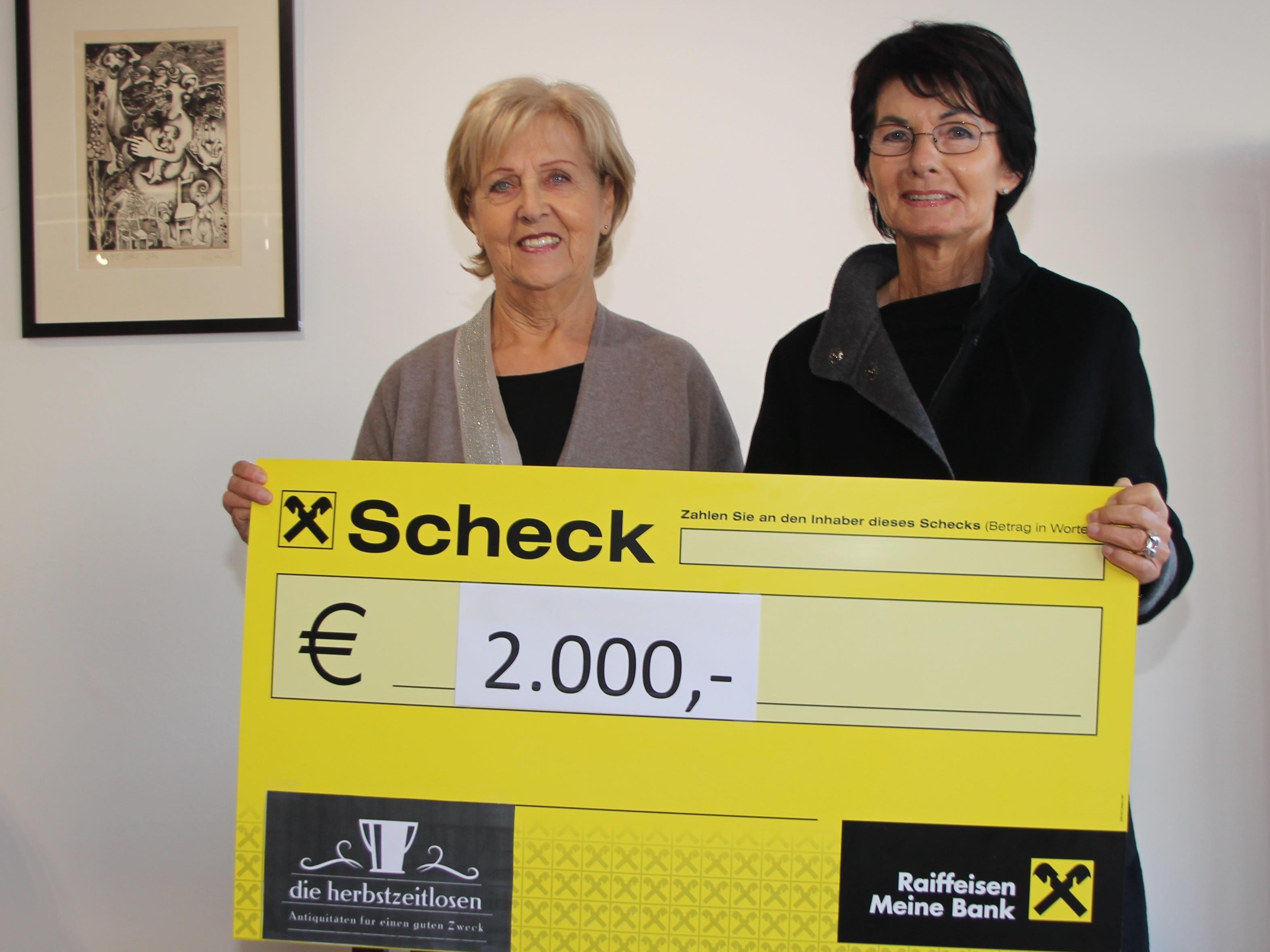 v.l. Margit Fleisch überreicht den Scheck an Inge Sulzer