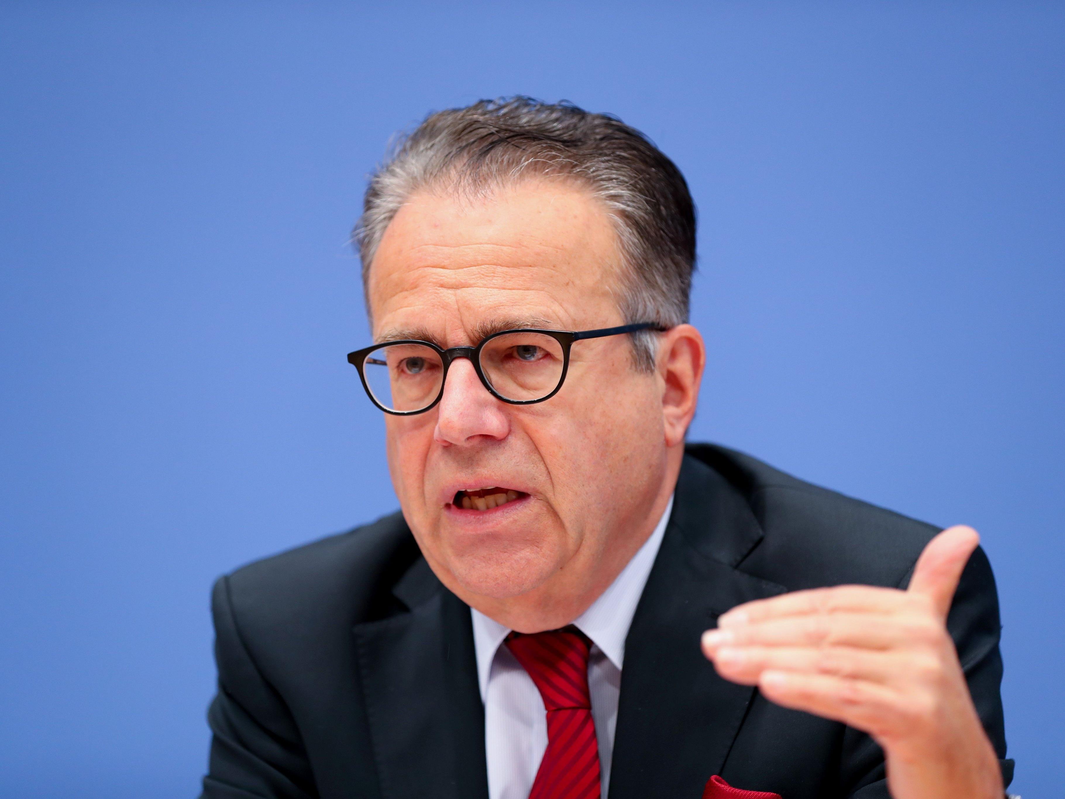 Der Chef des deutschen Bundesflüchtlingsamts kann nach dem Berlin-Anschlag bislang keine Fehler bei seiner Behörde erkennen.
