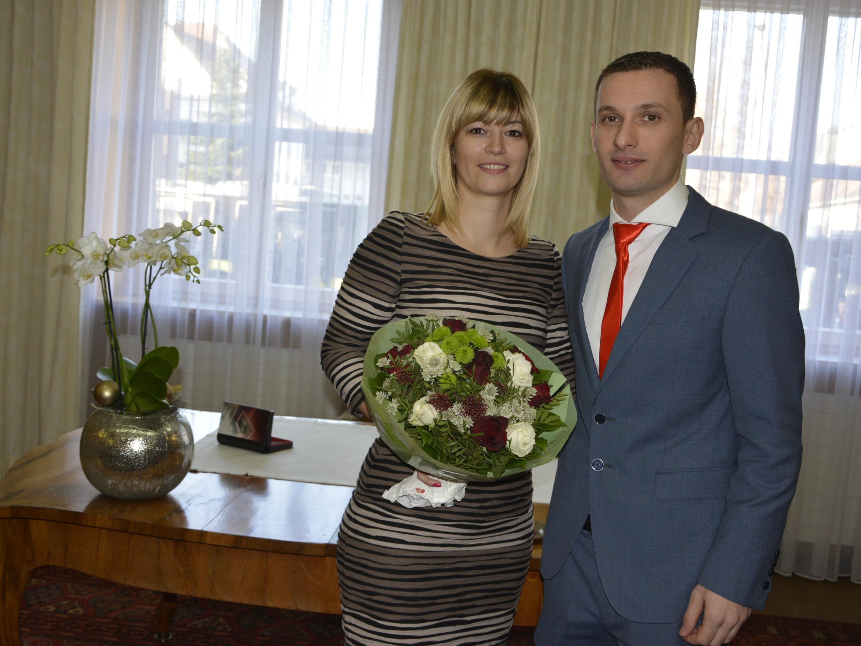 Das Brautpaar, frisch vermählt, beim Standesamt Dornbirn