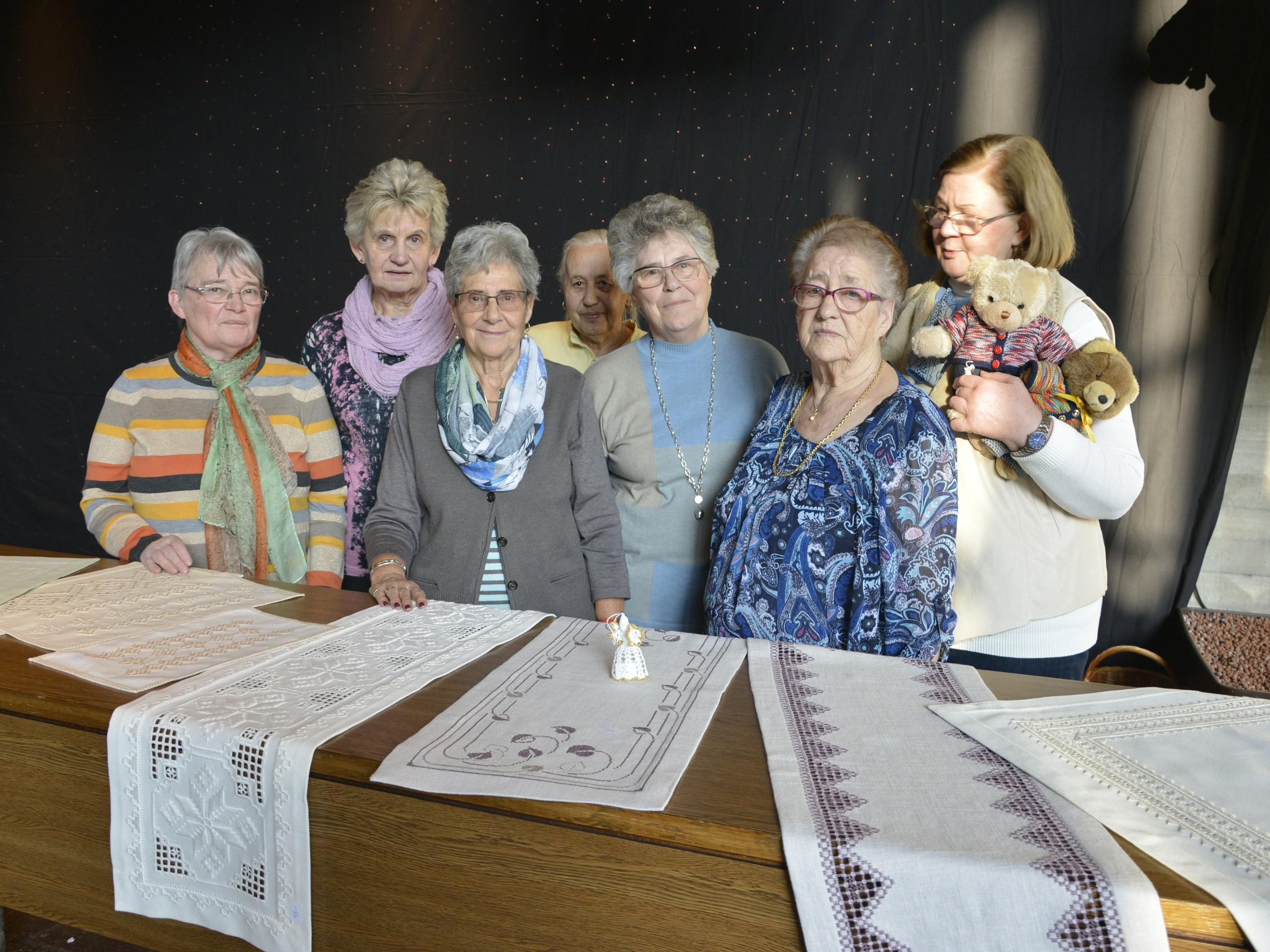 Jedes Jahr stellen die Seniorinnen ihre Handarbeiten im Foyer des Kulturhauses aus.