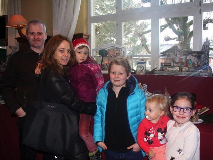 Familie Summer aus Nofels und weitere Kinder bestaunten die zahlreichen selbstgemachten Krippen.