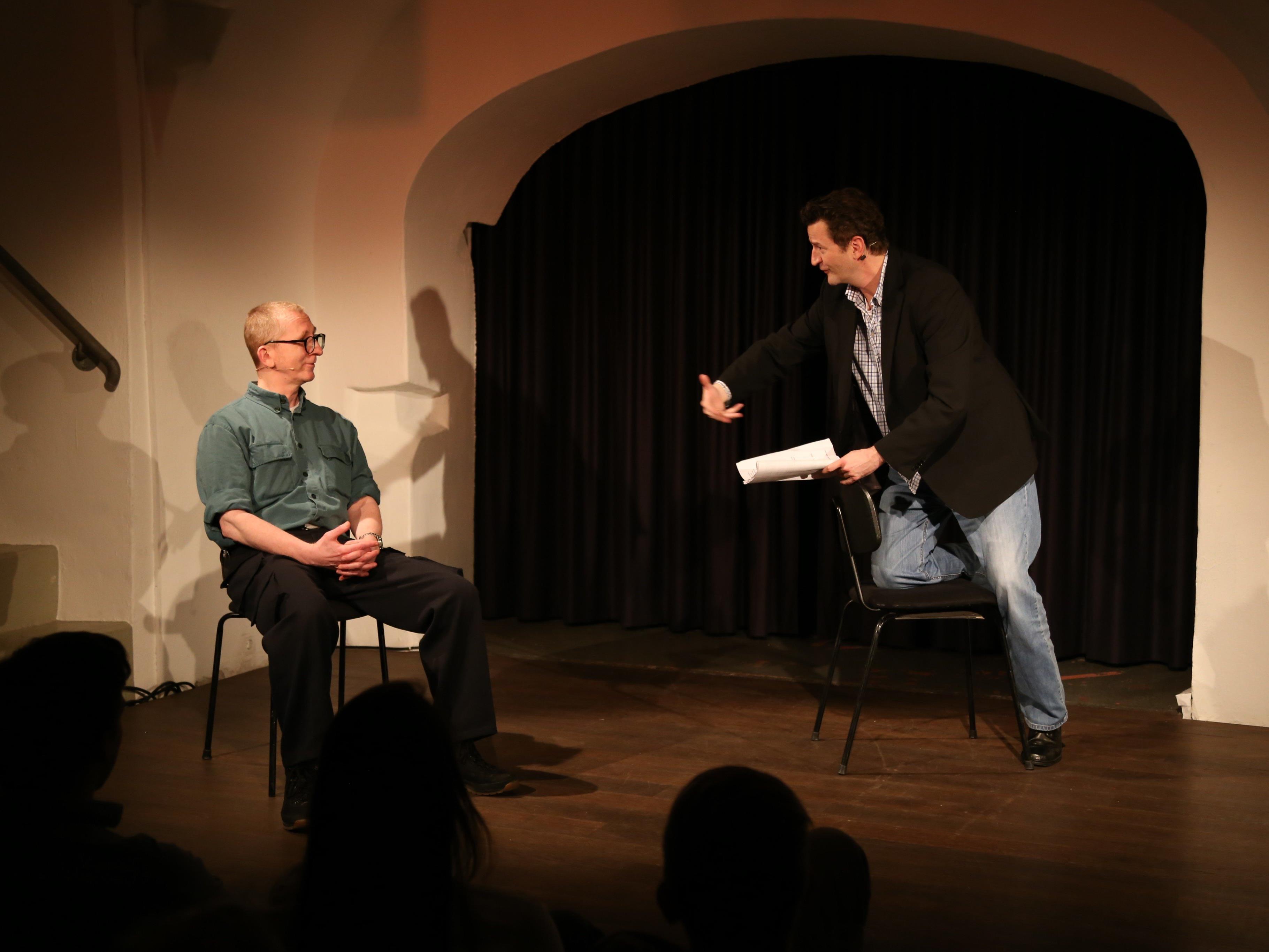 """Gerhard Walter (r.) versuchte Günther """"Gunkl"""" Paal Emotionen zu entlocken mit dem Stück """"Romeo und Julia""""."""