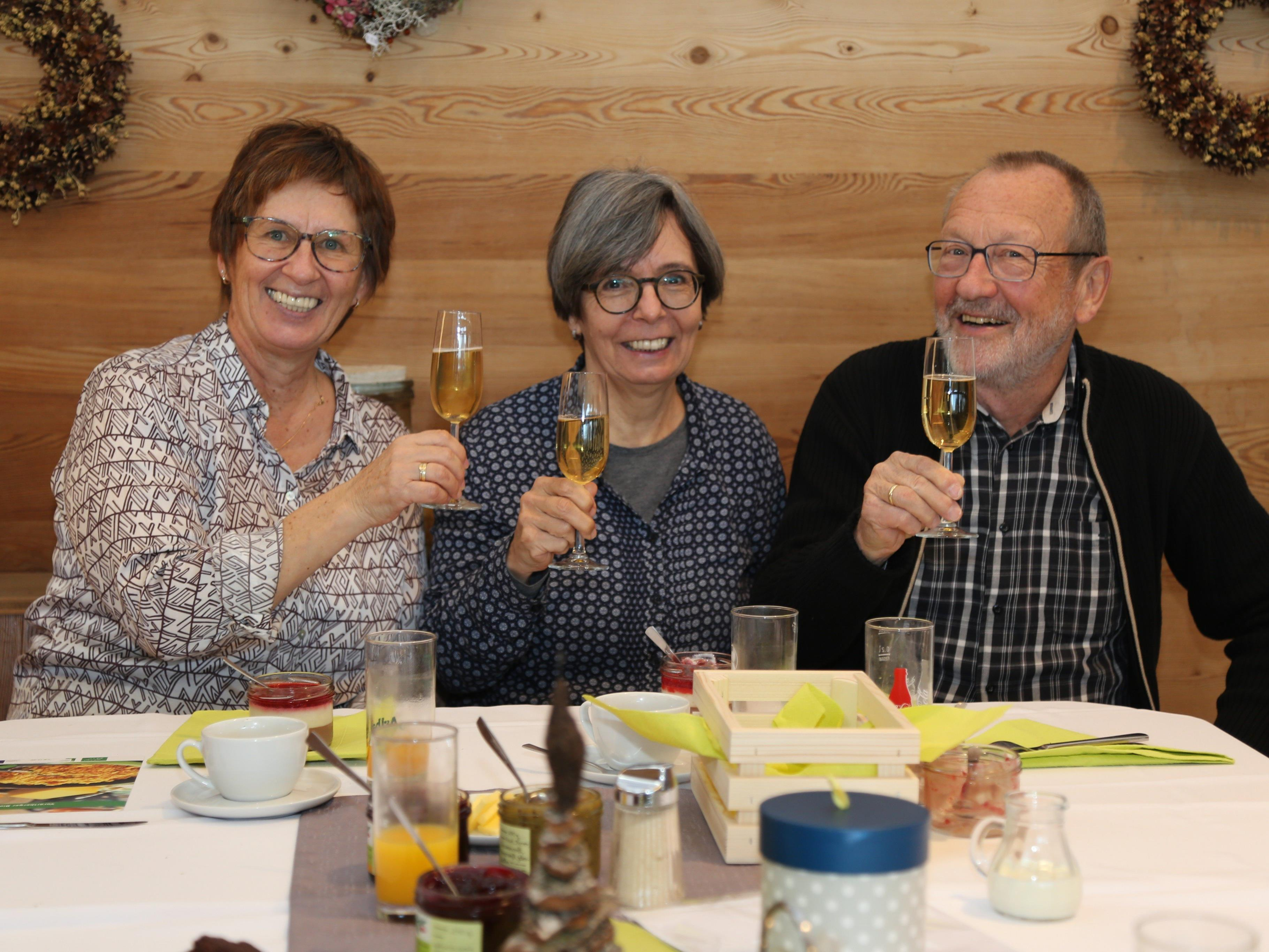 """Auch der siebte """"bsundrige Biobrunch"""" war erneut restlos ausverkauft. Unter den Gästen: Gabi, Silvia und Gernot."""
