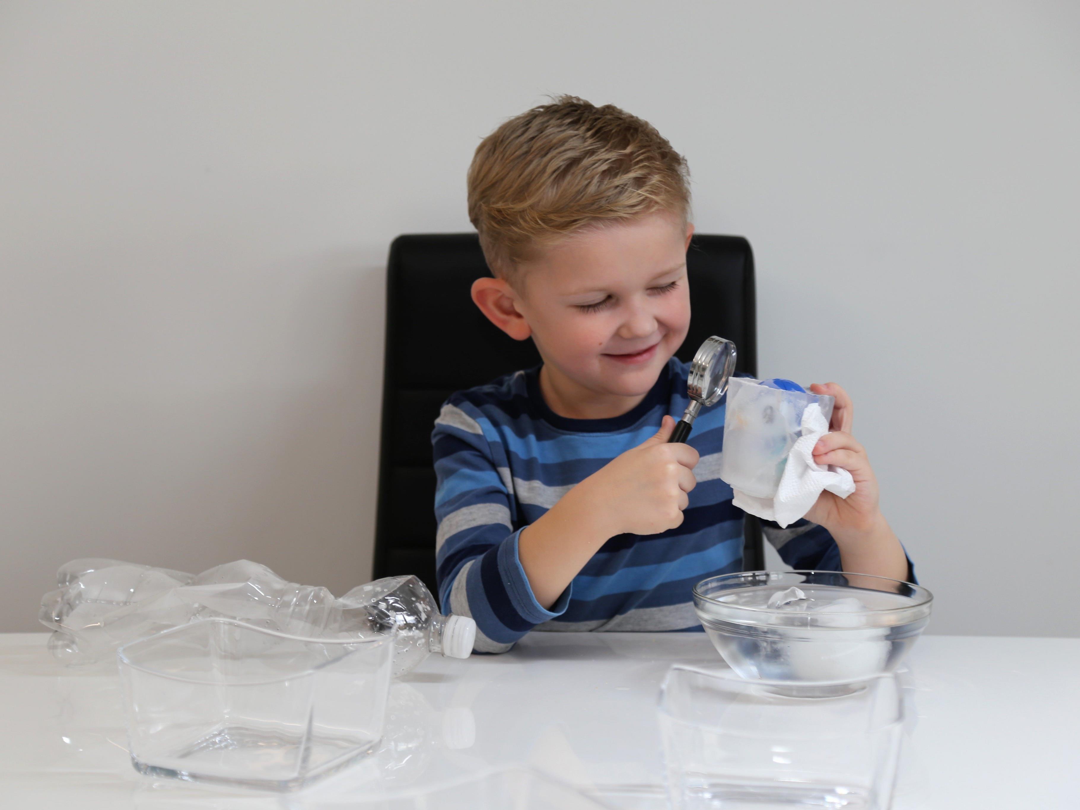 Kinderreporter Jason Durell ist erstaunt über die Experimente mit Wasser.