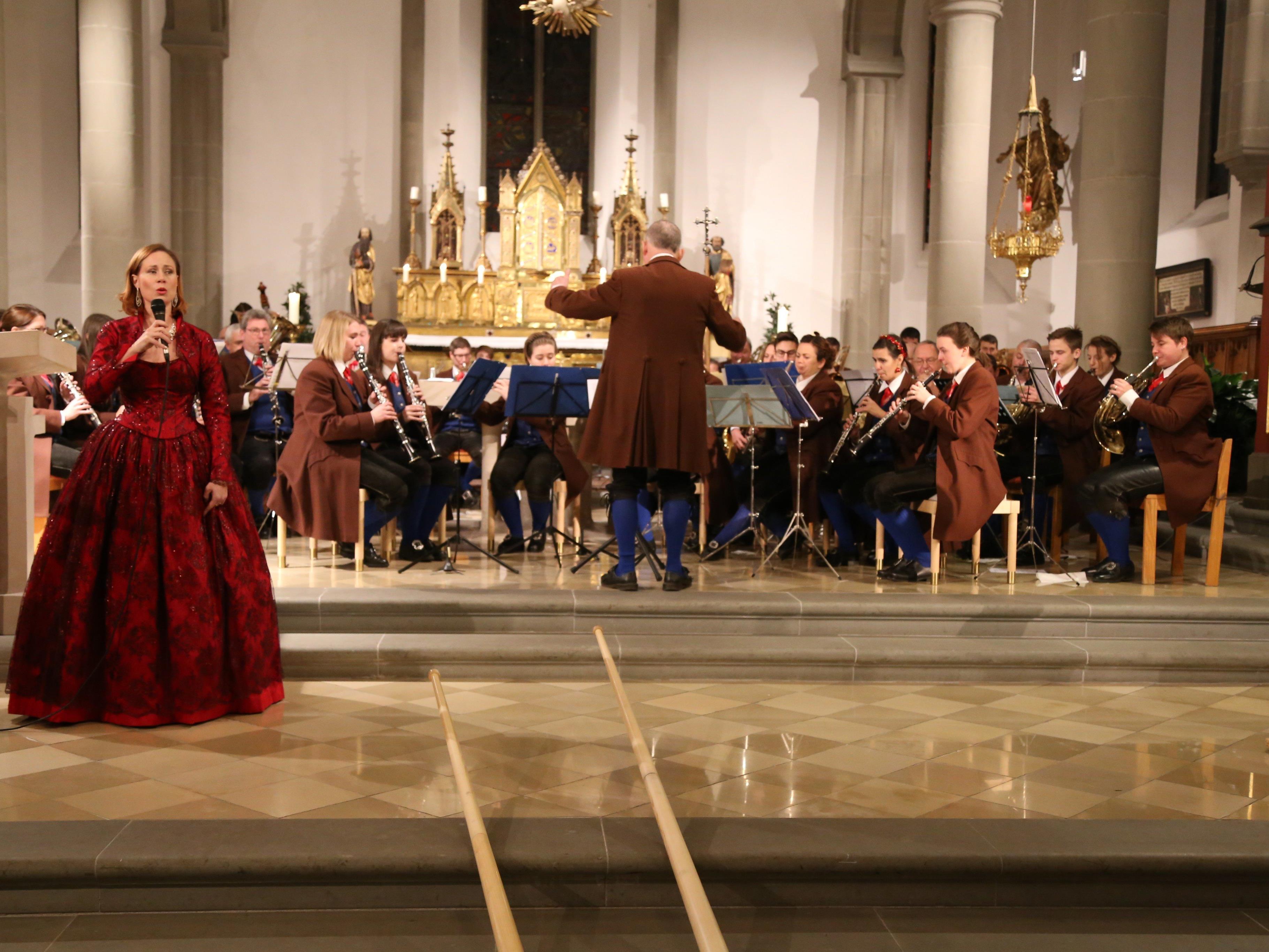 Ein klassisches Weihnachtskonzert der Stadtmusik Feldkirch mit Sopranistin Petra Halper-König (l.).