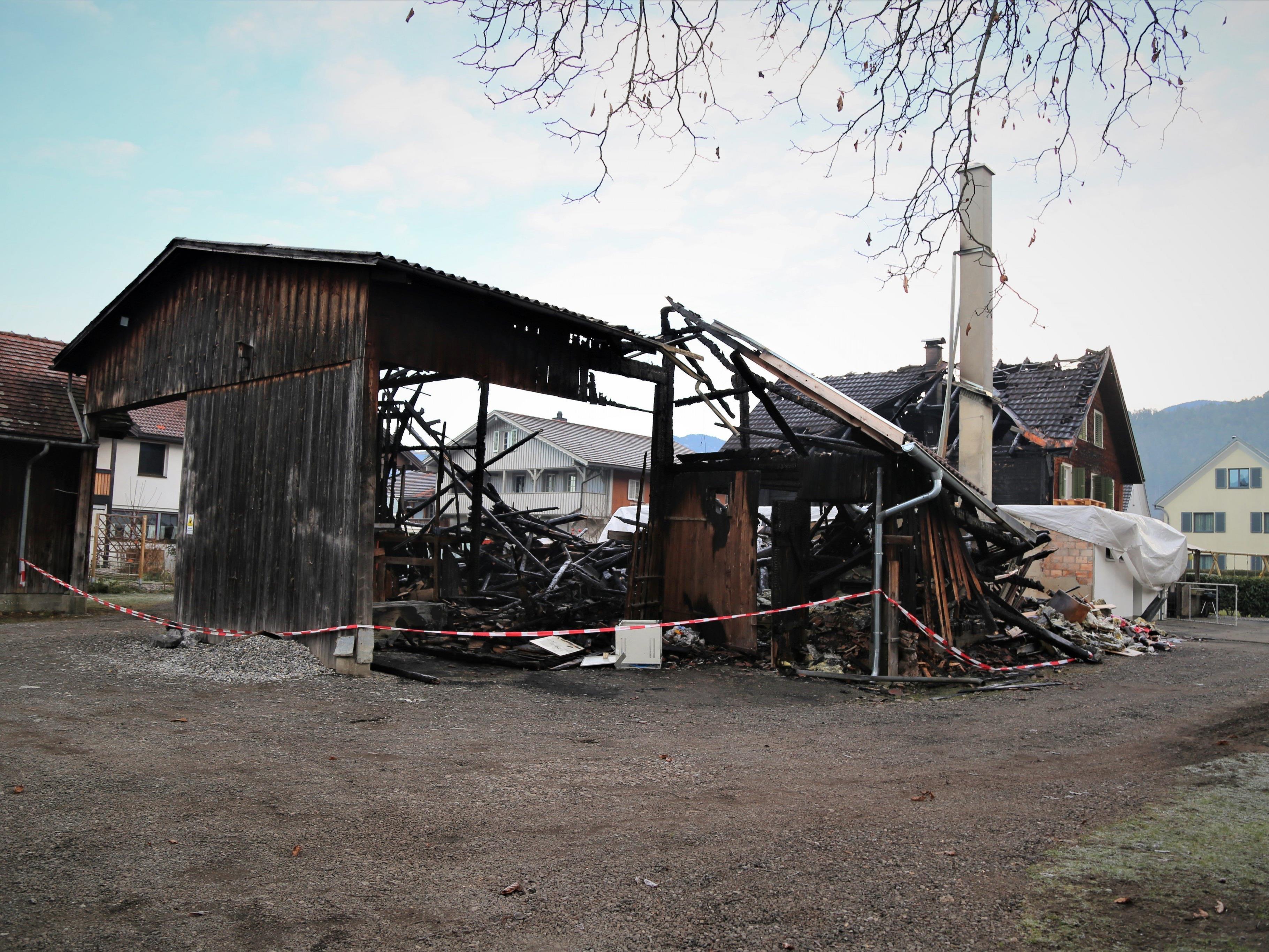 Der Stall wurde durch den Brand komplett zerstört. Das Wohnhaus konnte vor den Flammen gerettet werden.