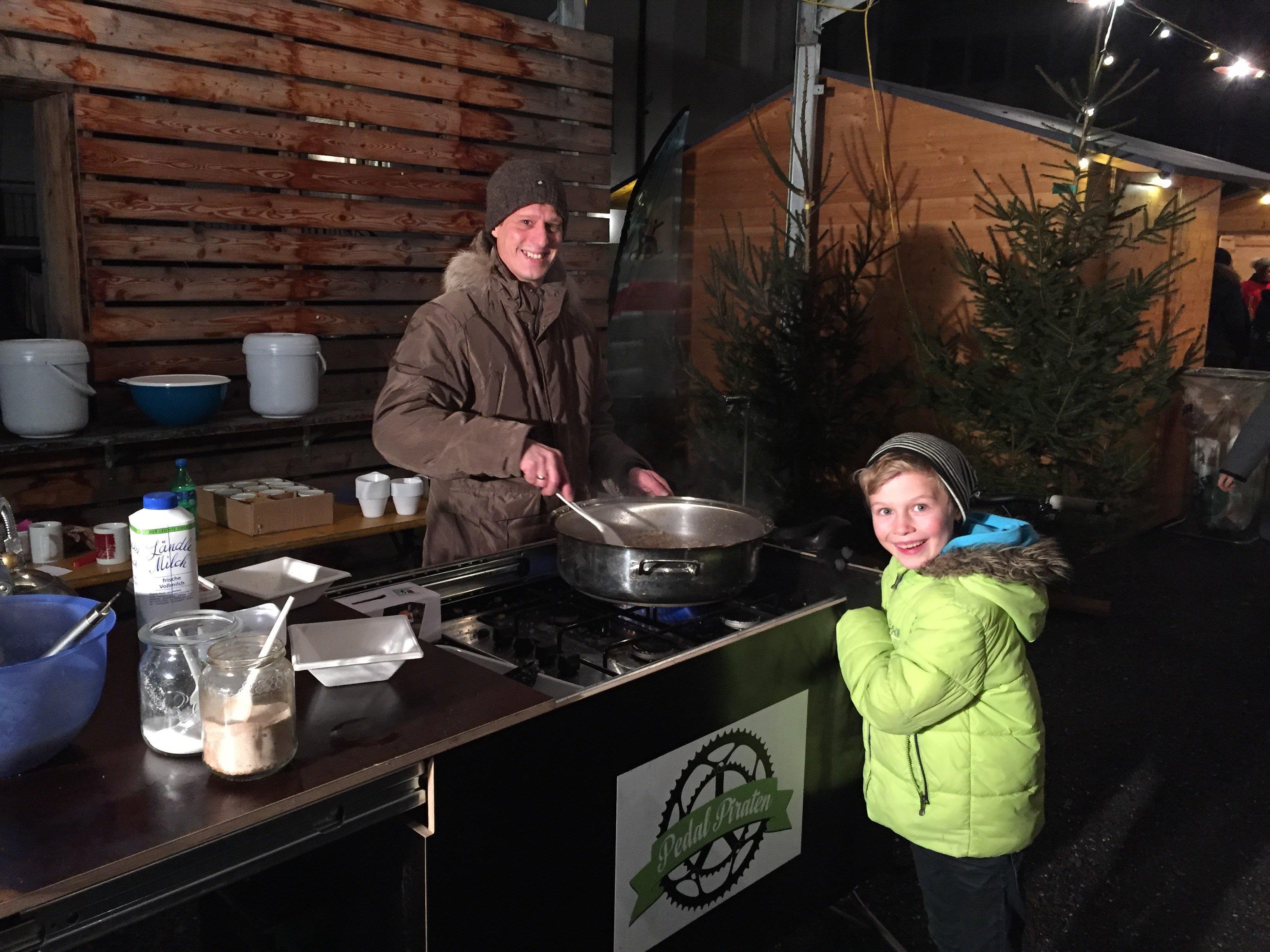 Andreas Maier kochte auf der Mobilen Küche leckeren Riebel. Luis freute sich.