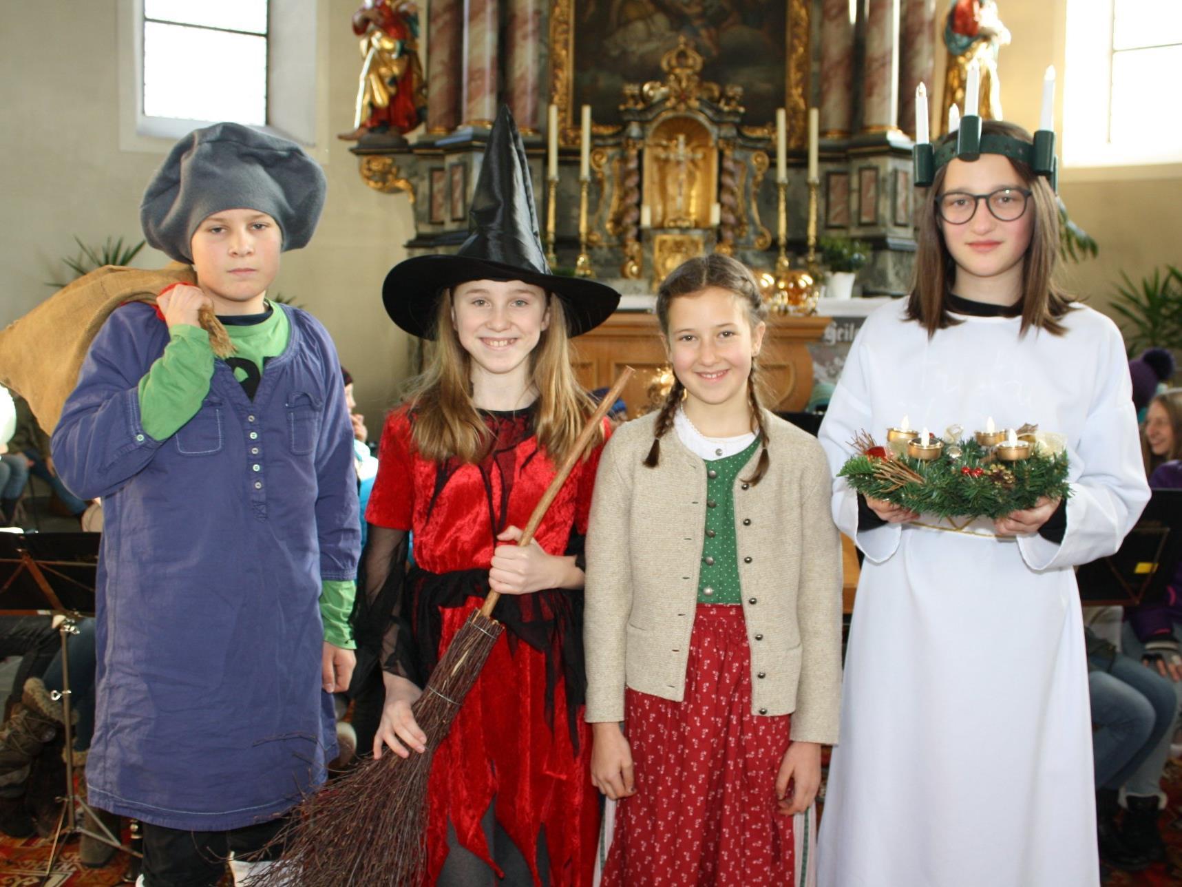 Befana, Santa Lucia und Olentzero erzählten dem Kind von Weihnachtsbräuchen in anderen Ländern.
