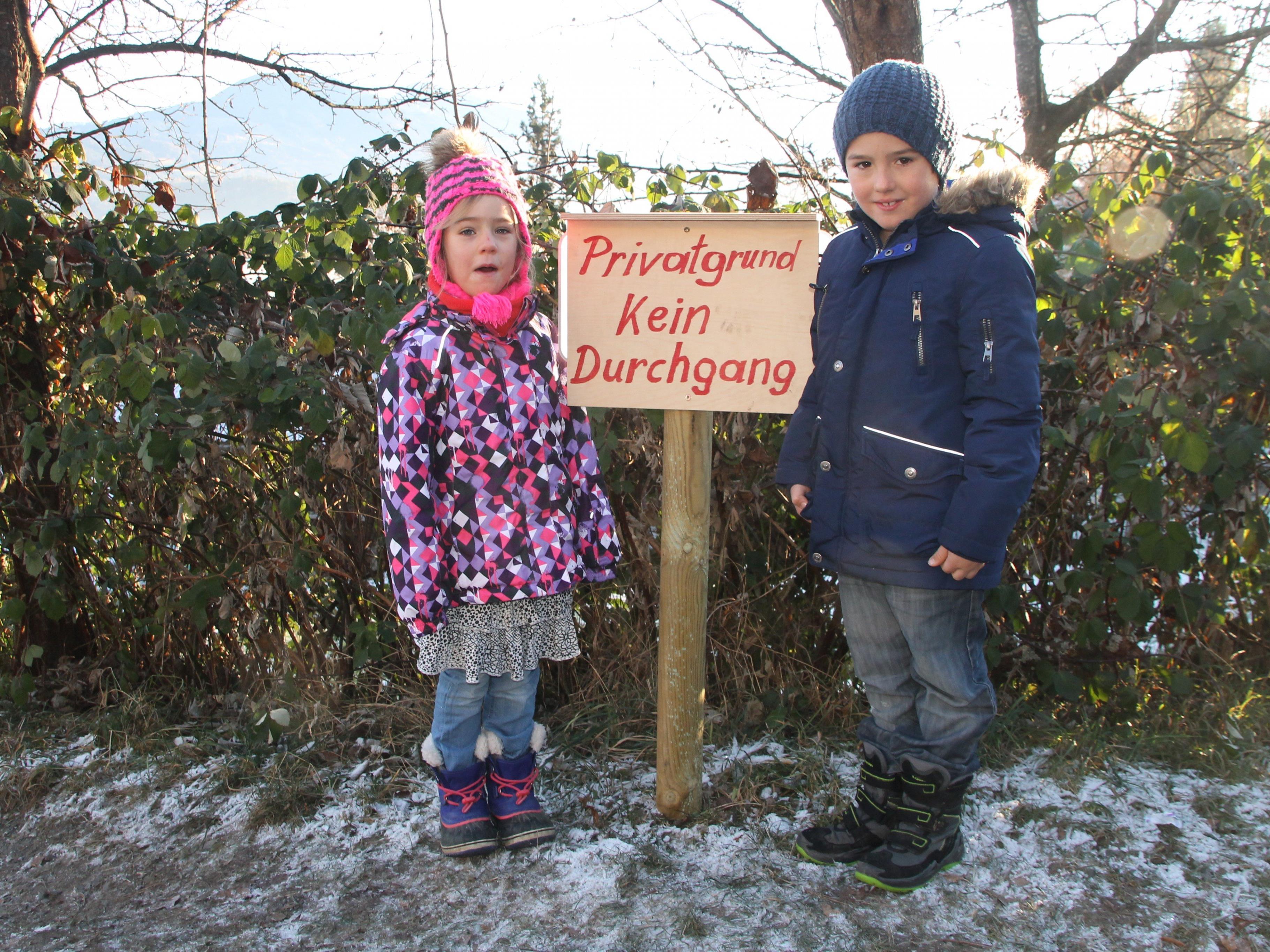 Martin und Klara vor dem gesperrten Fußweg in die Schule