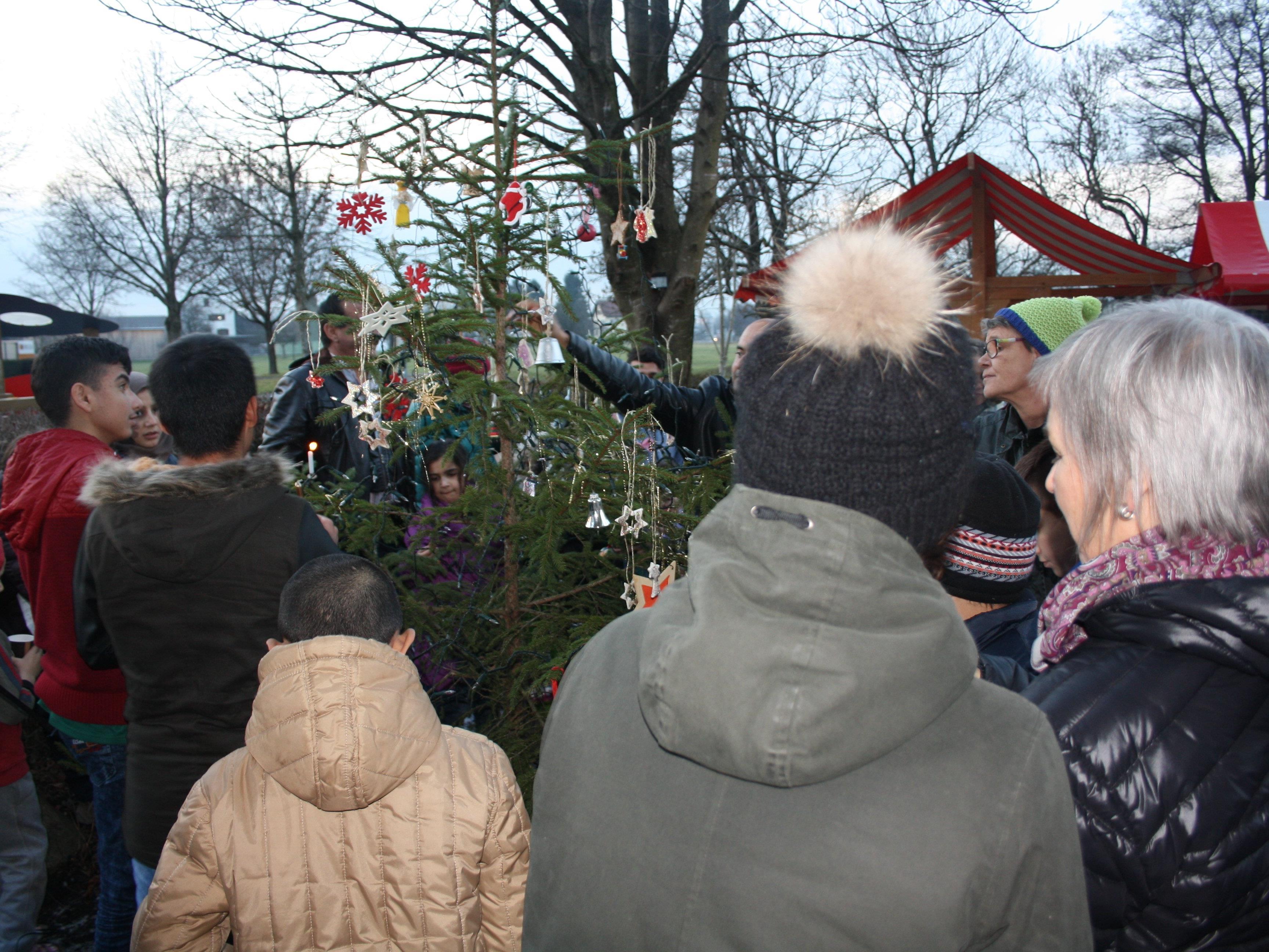 Gemeinsam wurde der Christbaum bunt geschmückt.