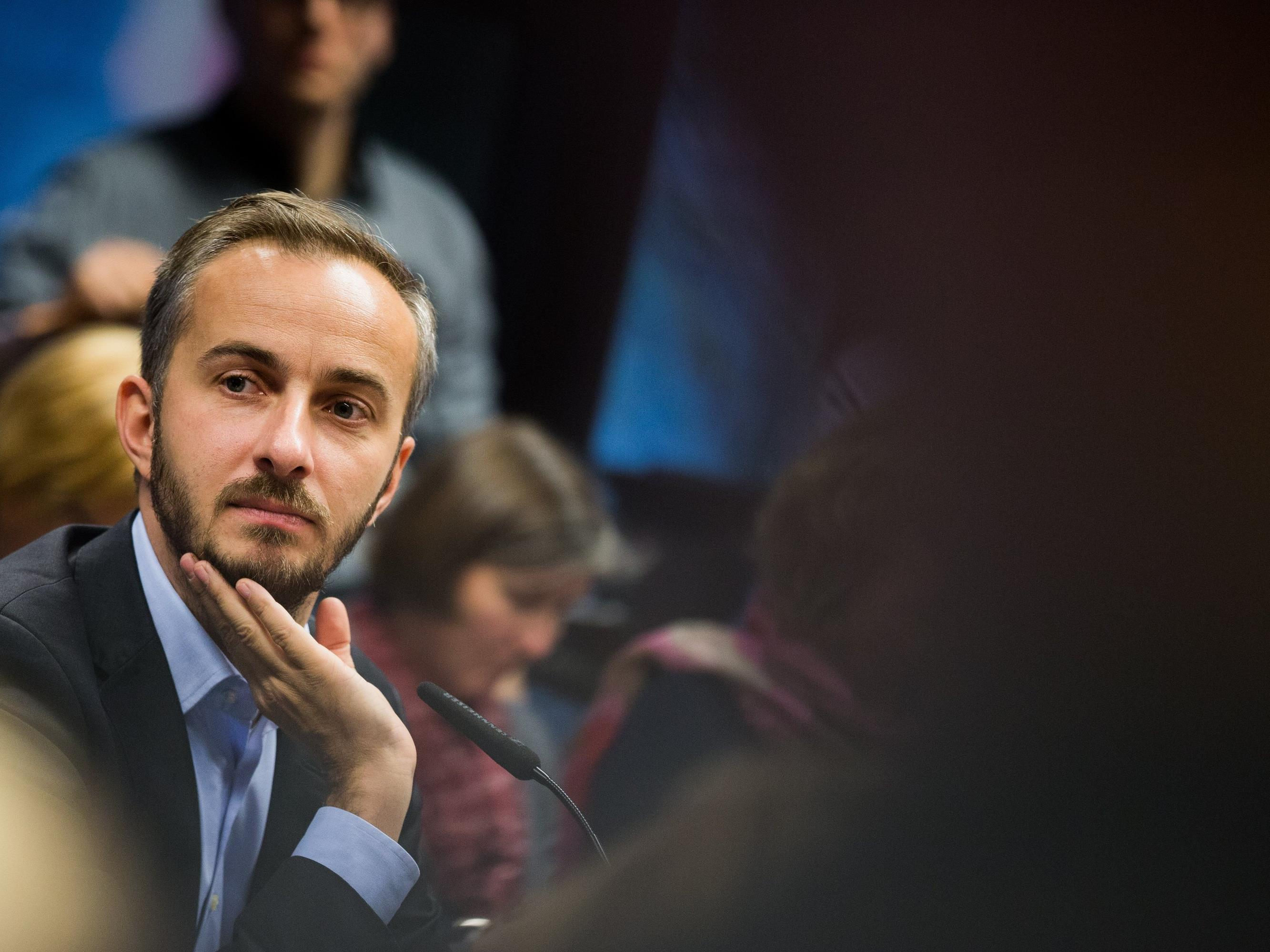 Jan Böhmermann kontert einem Hater mit Humor - aber ist der Chat echt?