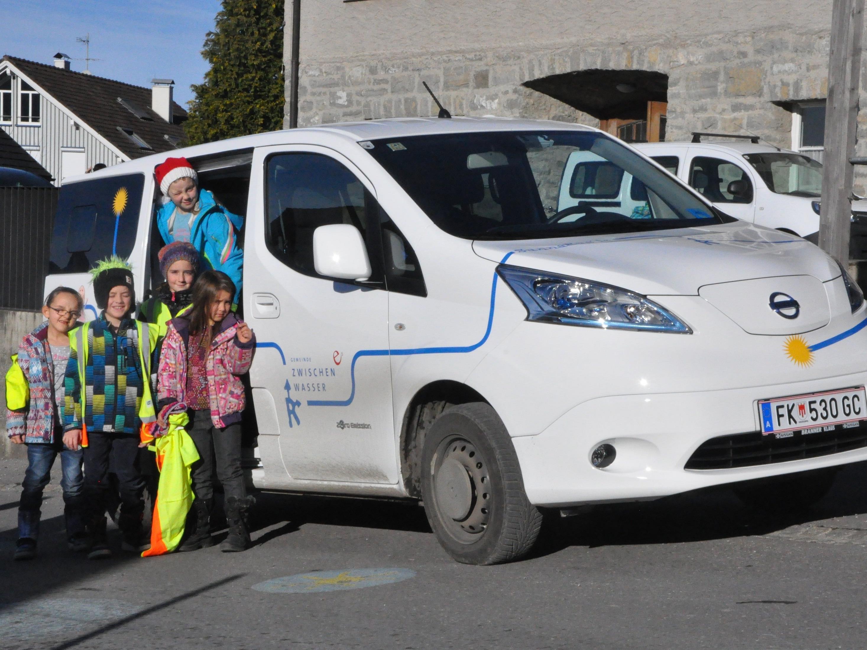 """Das """"Sunnabüs'le"""" holt die Kinder aus Suldis von Kindergarten und Schule ab."""