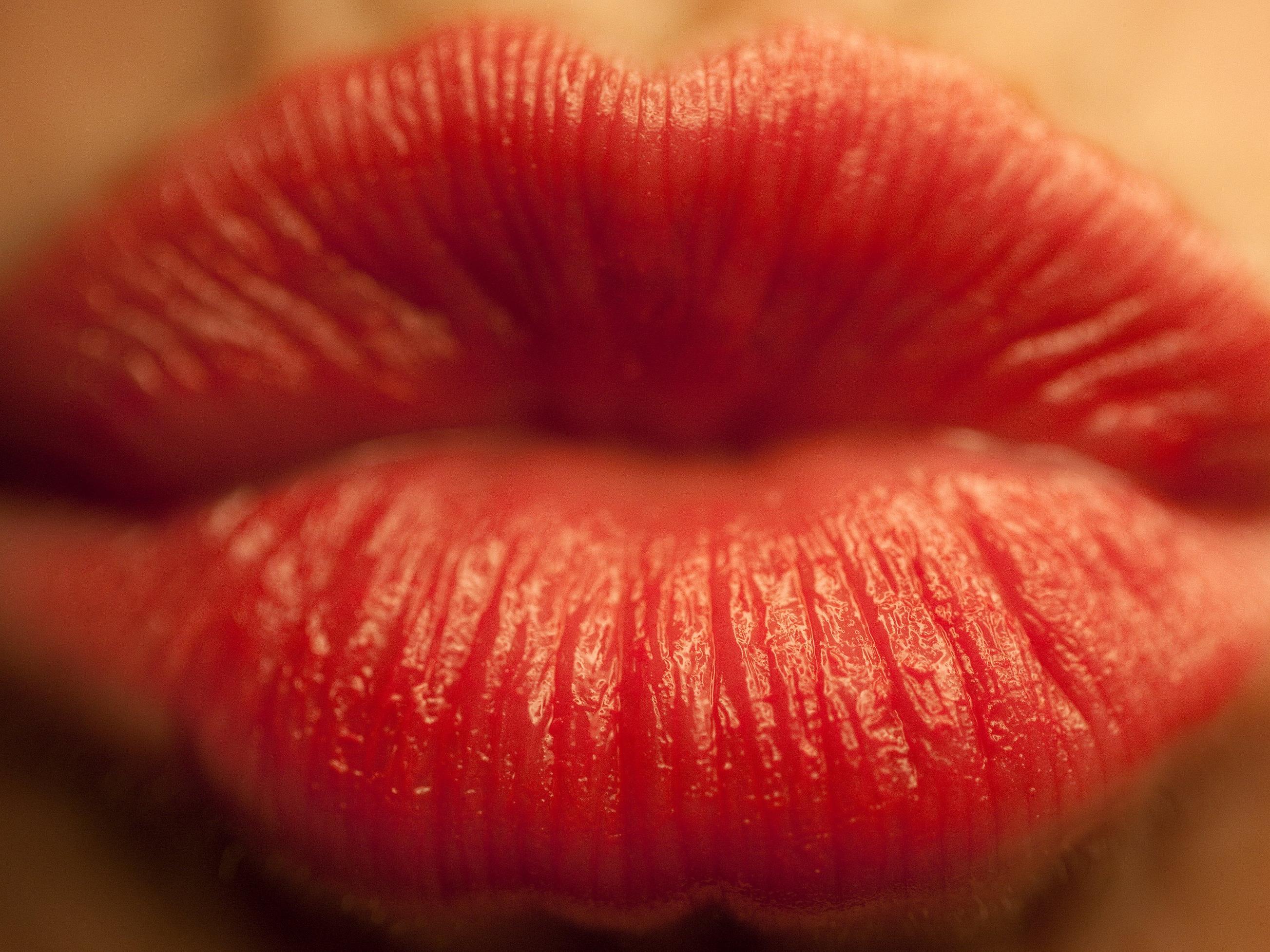 Mit diesem Tipp steht dem Küssen auch im Winter nichts entgegen.