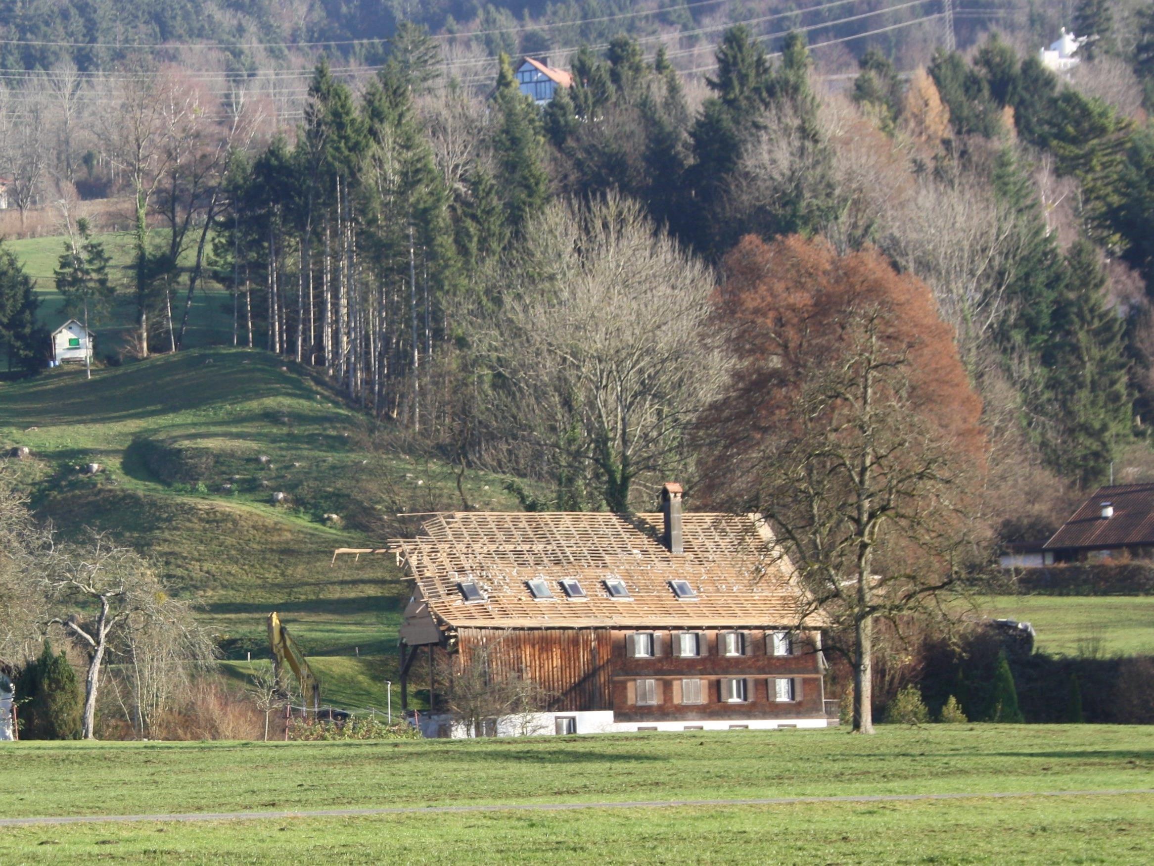 """Nach dem Abbruch der """"Hofenmühle"""" (Schwendeweg 20) errichtet die Firma Barta Projektbau an diesem historischen Ort ein zweistöckiges Mehrfamilienwohnhaus."""