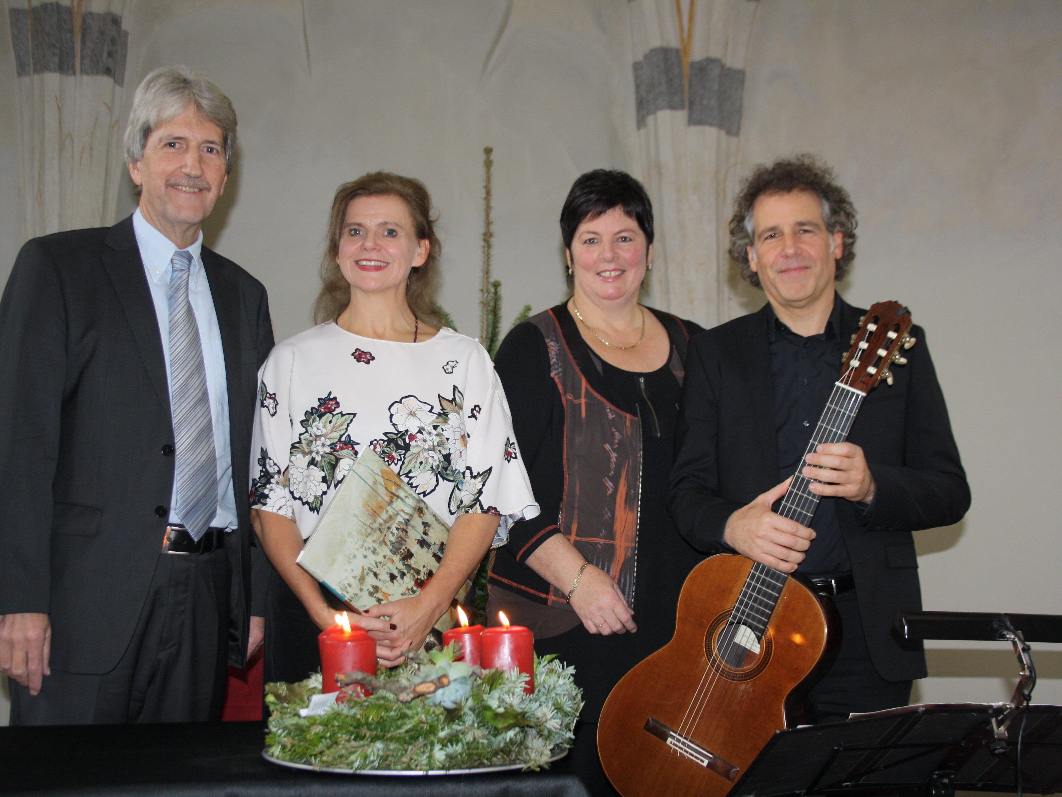 Schloss Hofener Advent: Manfred Obexer (Kulturausschuss), Renate Bauer (Rezitation), Petra Rührnschopf (Obfrau Kulturausschuss) und Alexander Swete (Gitarre).