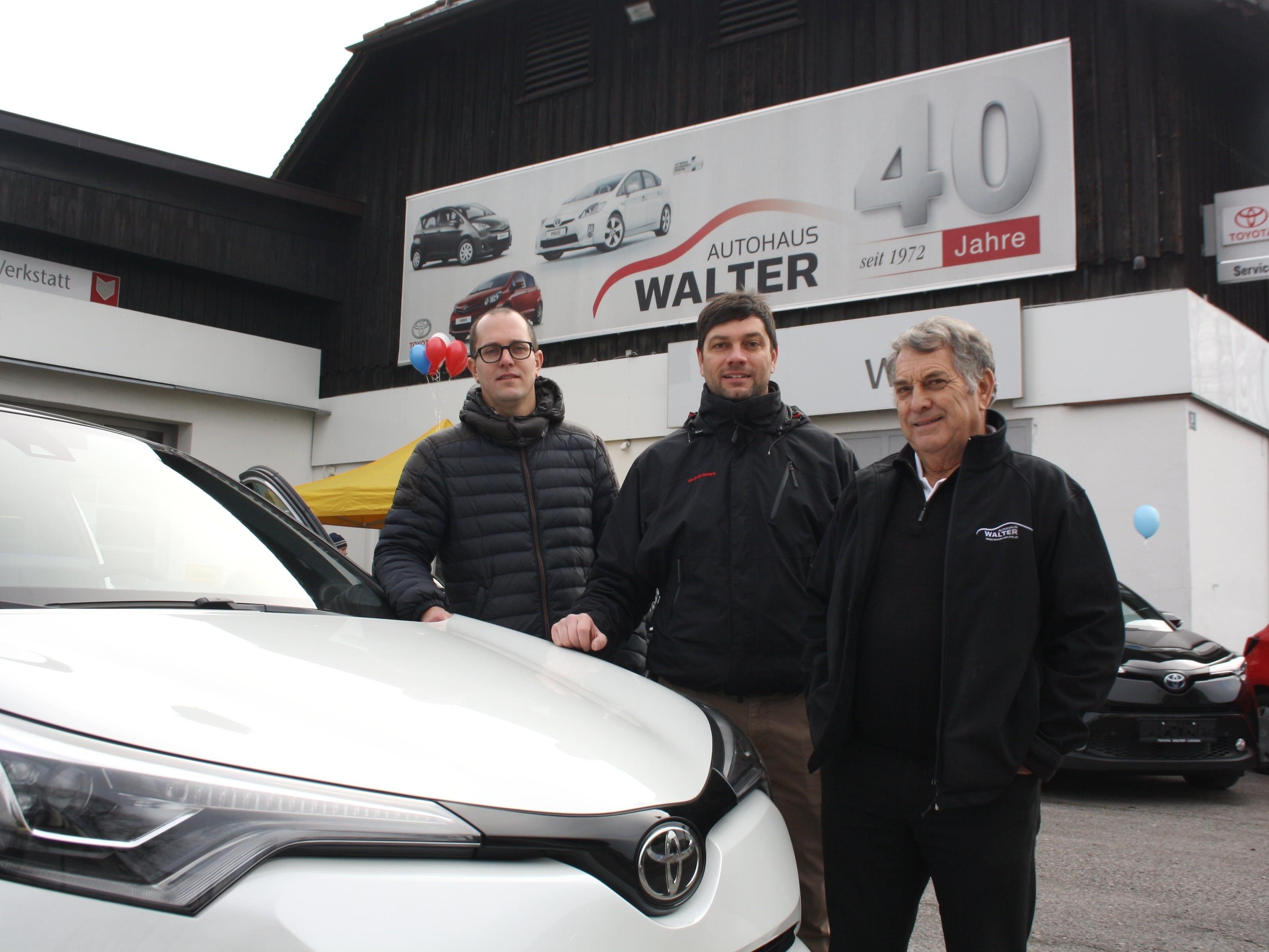 """""""Mit dem neuen Toyota C-HR SUV-Coupe haben wir ein tolles, vor allem aber eine völlig neue Art von Auto im Verkaufsprogramm"""", so Firmengründer Georg """"Geggo"""" Walter, im Bild mit seinen Söhnen Renato und Timo."""