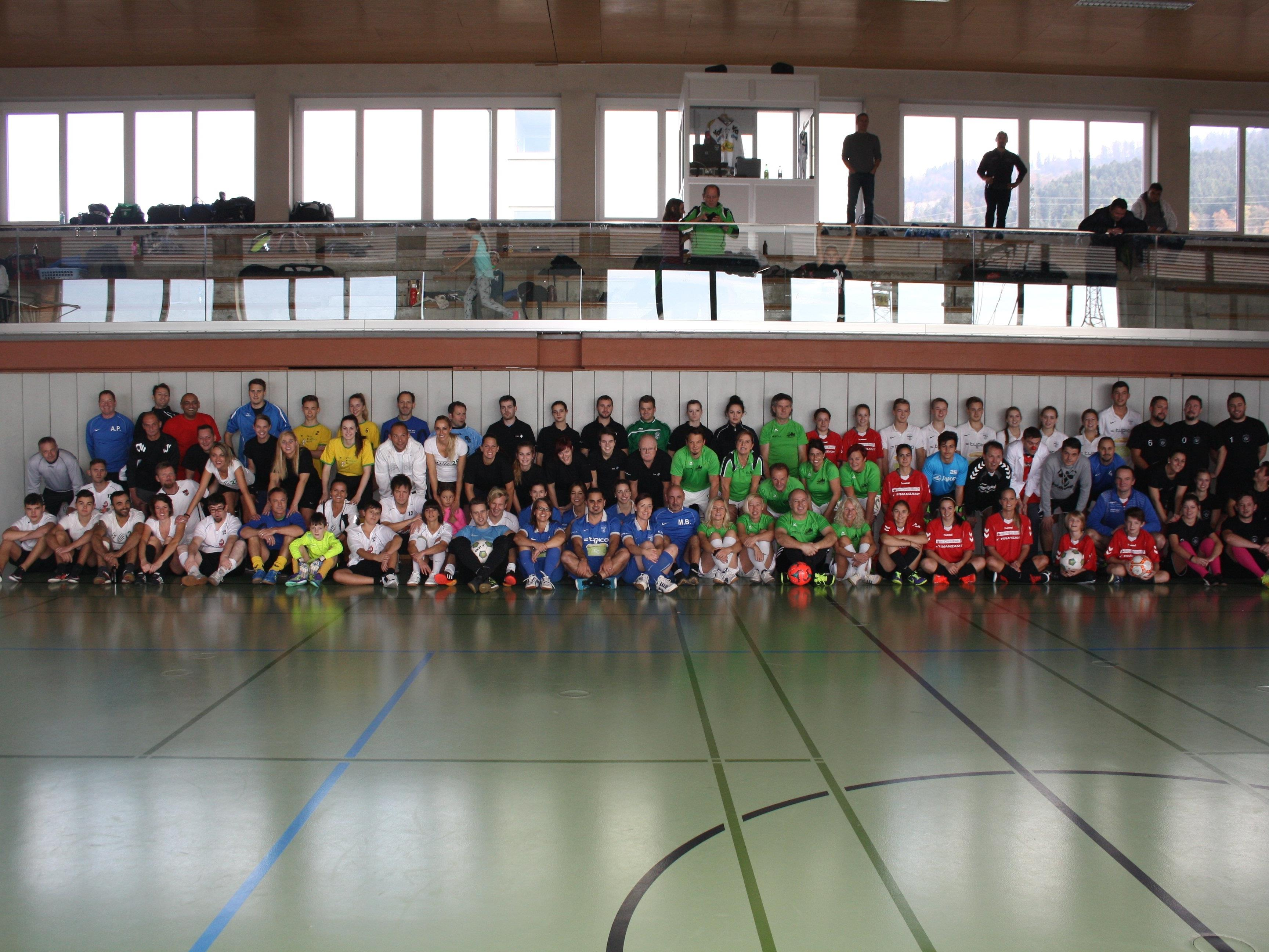 """Über 90 fußballbegeisterte Spielerinnen und Spieler waren im November 2016 bei der bereits siebten Auflage dieses """"Turnier des Herzens"""" dabei."""