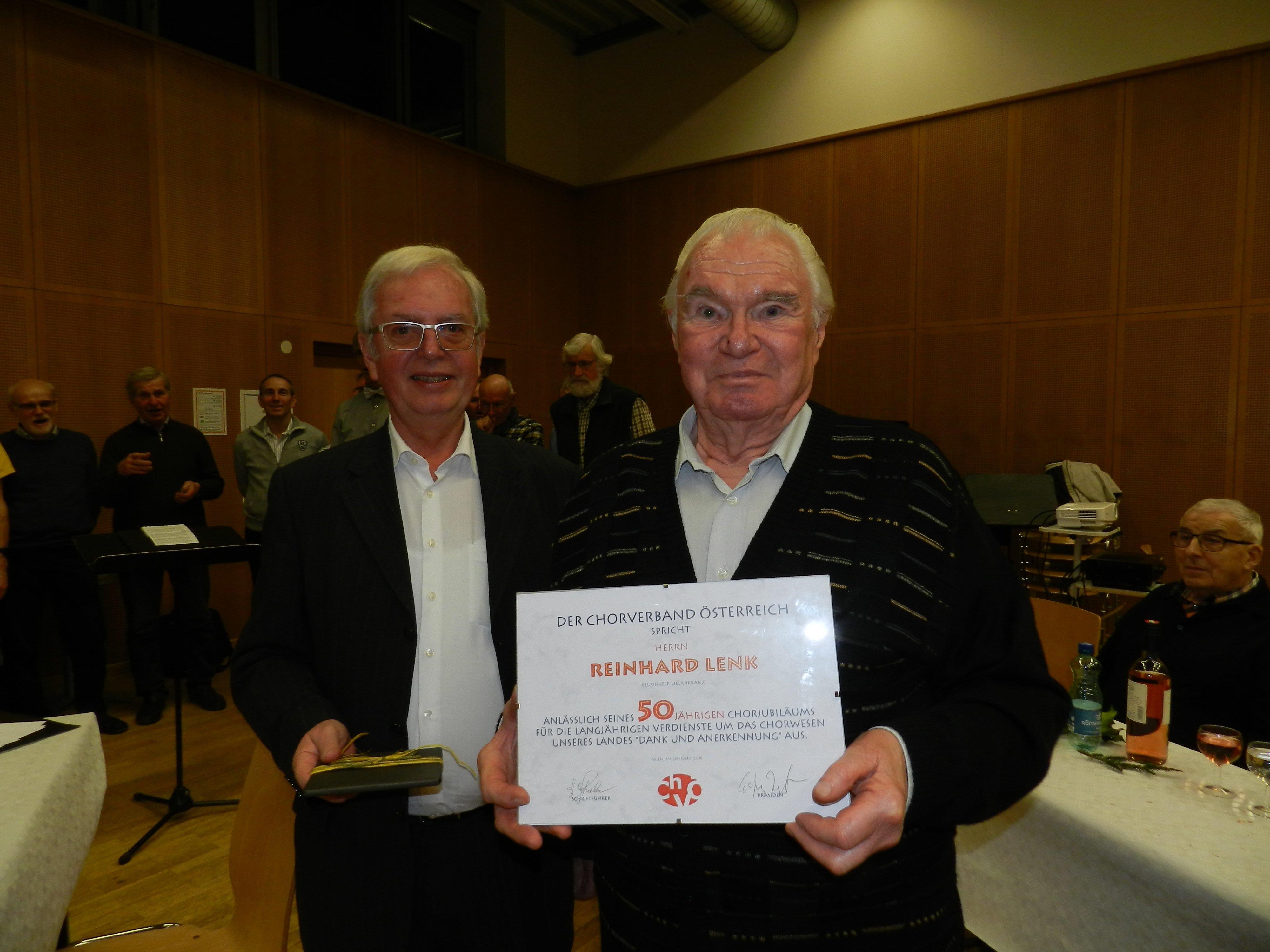 Reinhard Lenk erhält das goldene Verdienstabzeichen des Österreichischen Chorverbandes