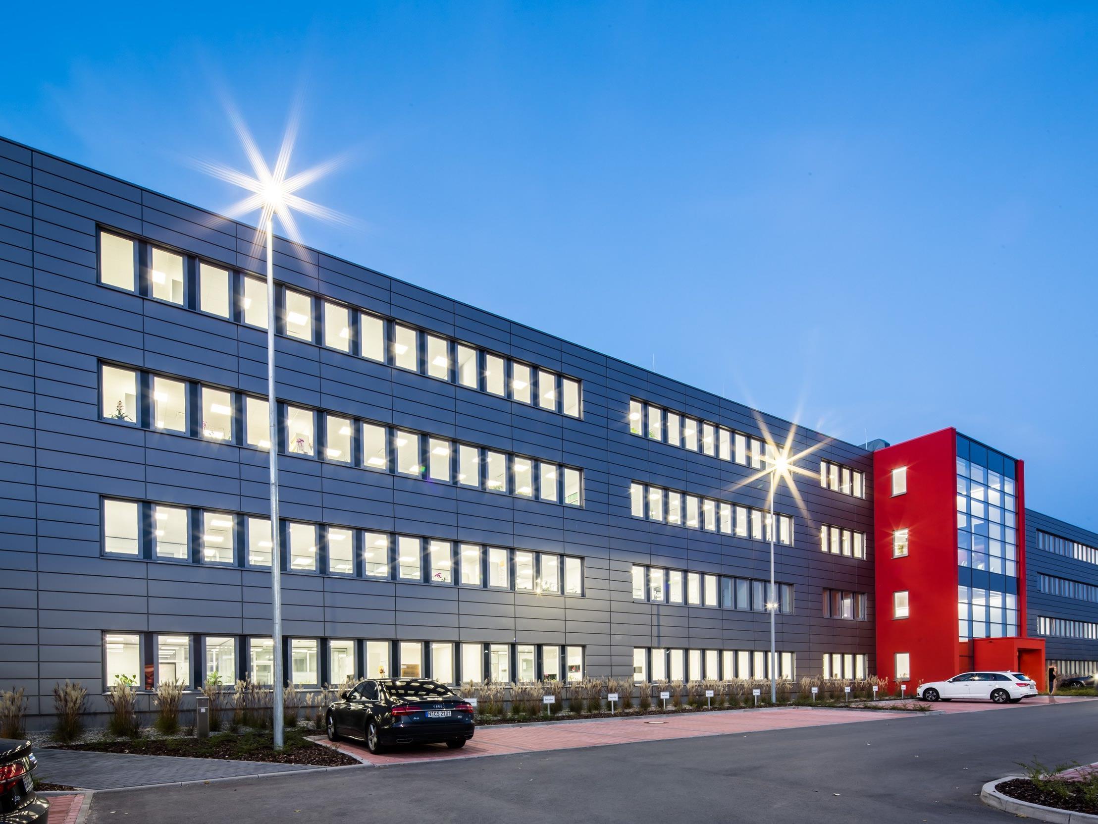 Die neue NORMA-Firmenzentrale in Fürth erstrahlt mit LEDON-Licht.