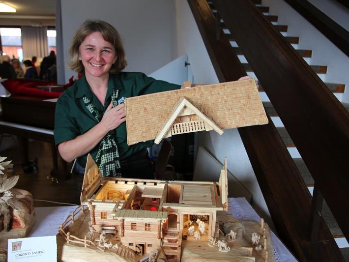 Die Obfrau des Krippenbauvereins Carmen Lassnig hat heuer erstmals eine geschnitzte Krippe gemacht, welche sich jedoch sehen lassen kann und etwas an ein Puppenhaus erinnert.