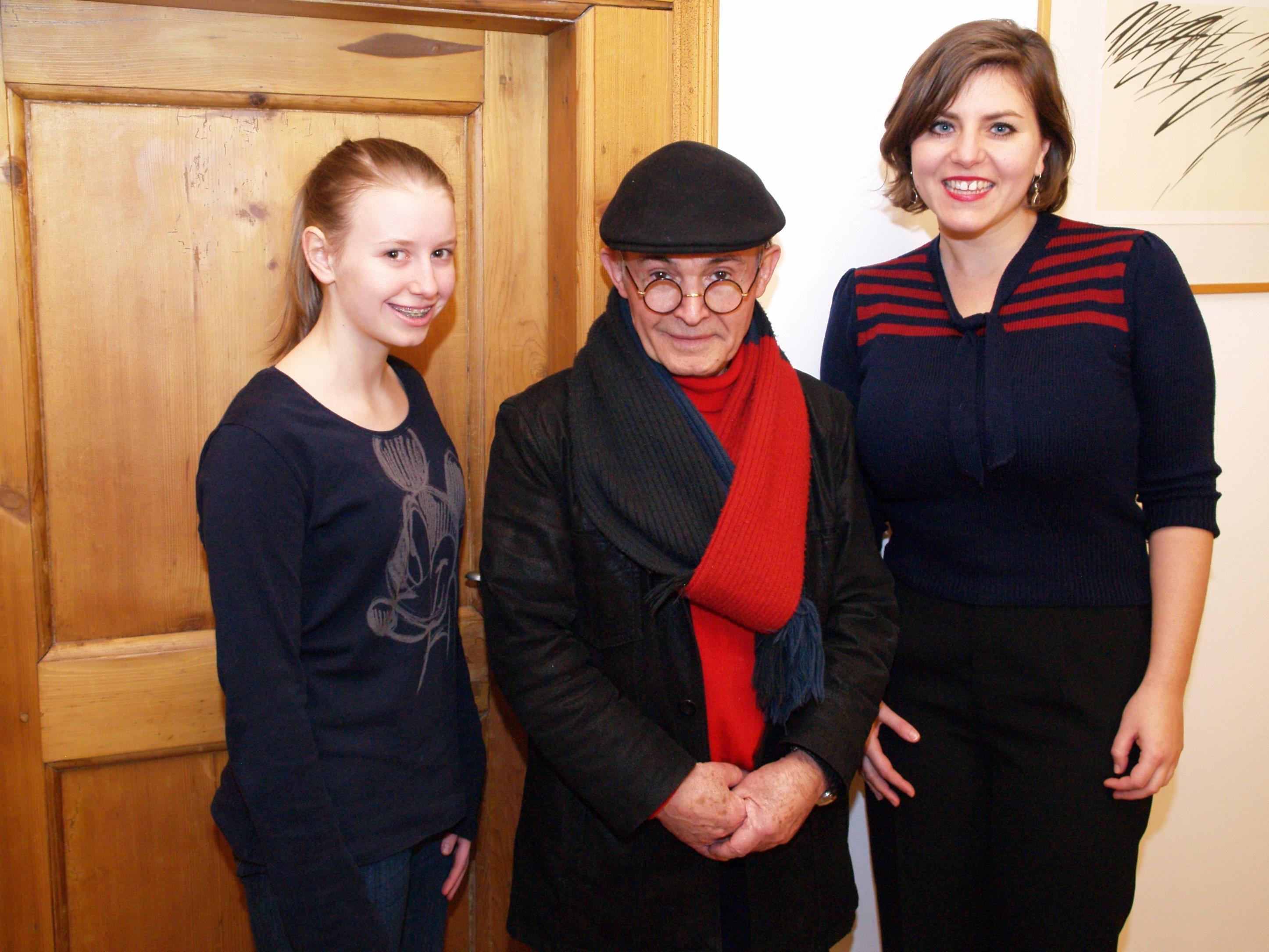 Initiator Habib Samadzadeh mit KunstkreisC Teilnehmerin Josefina und Projektorganisatorin Martina Peter bei der Adventfeier.