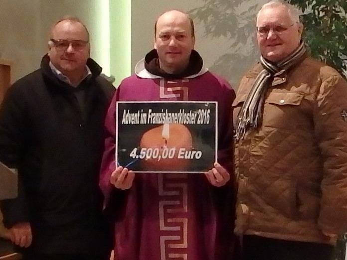 Bertram Bolter, Organisation, Pater Makary, Klostervater Heinz Seeburger freuen sich über den Reinerlös von 4.500 Euro