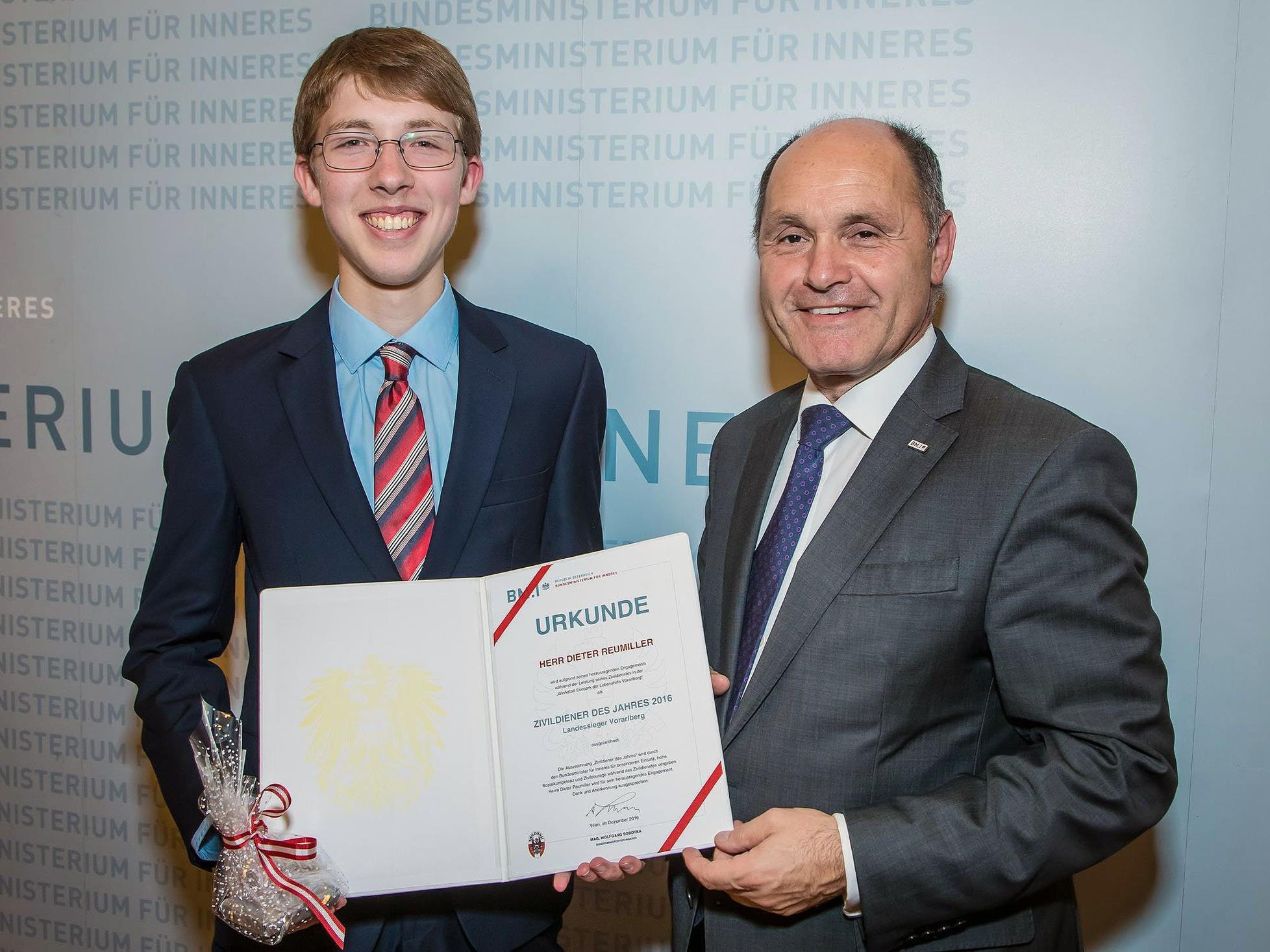 Innenminister Wolfgang Sobotka (r.) überreichte Dieter Reumiller die Auszeichnung als Landessieger.