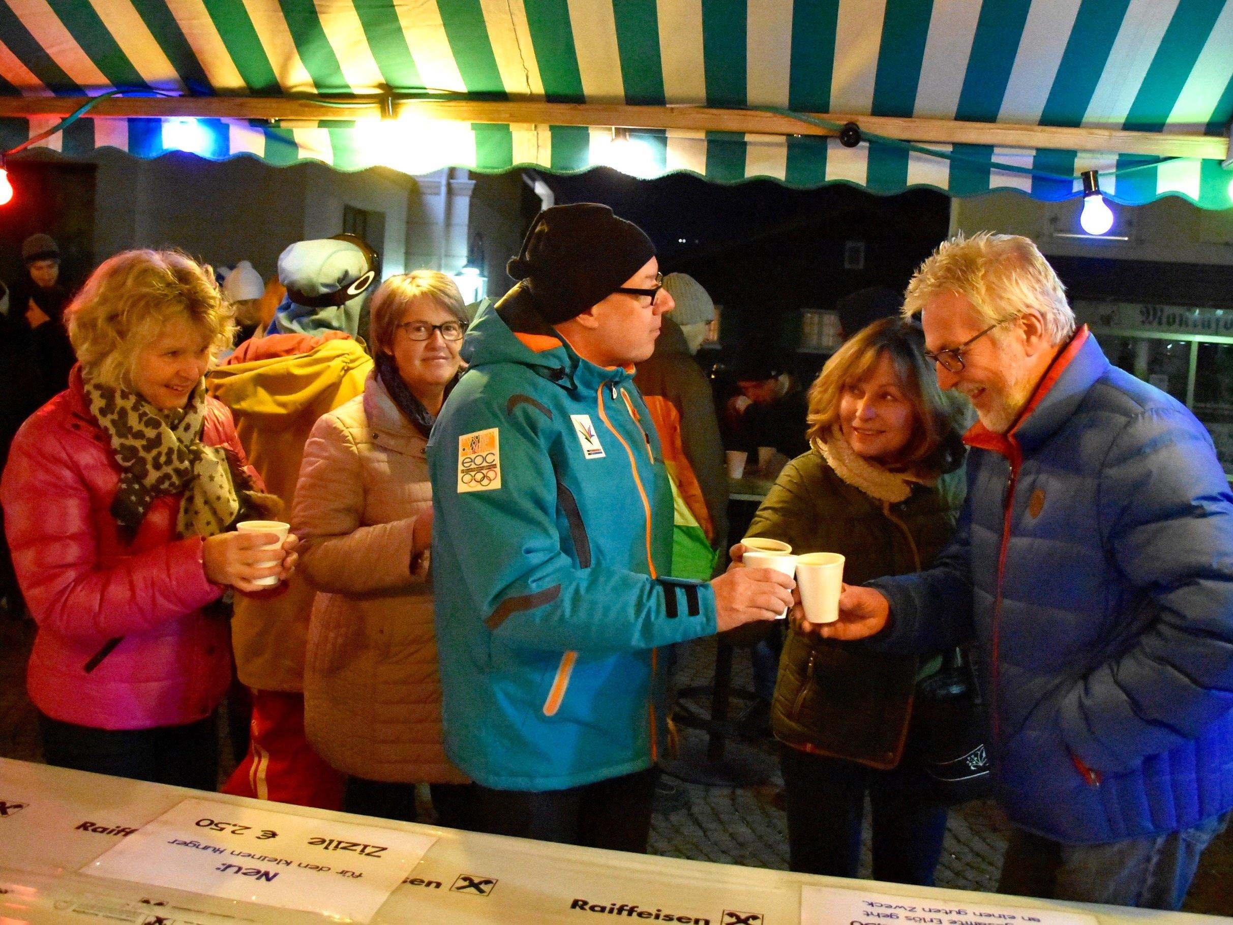 Gute Stimmung beim Charity-Kränzle des First Schopf Soccer Teams Donnerstagabend am Schrunser Kirchplatz