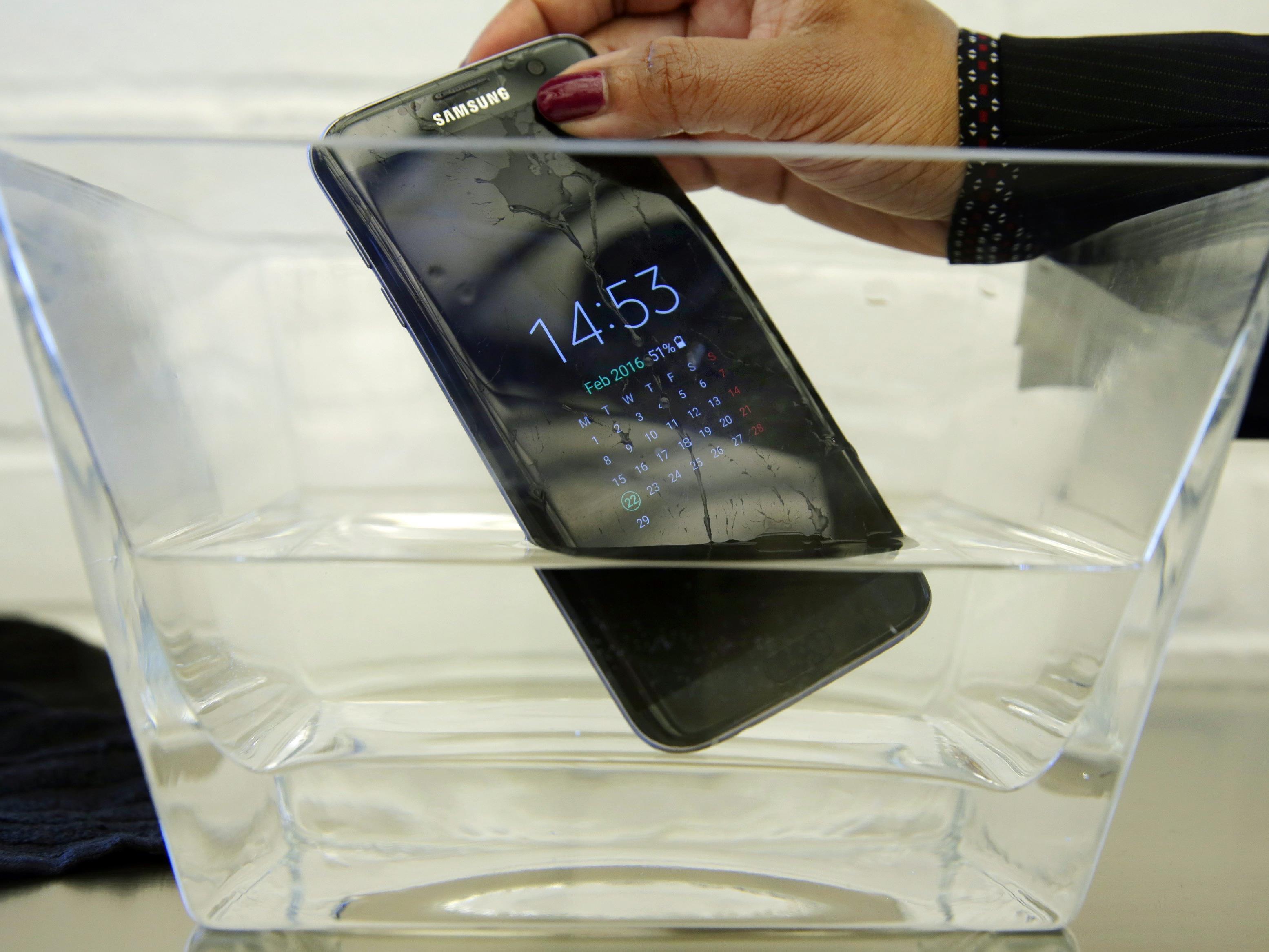 Ein Samsung Smartphone im Härtetest. Wasser und Handys sind ein heikles Thema.