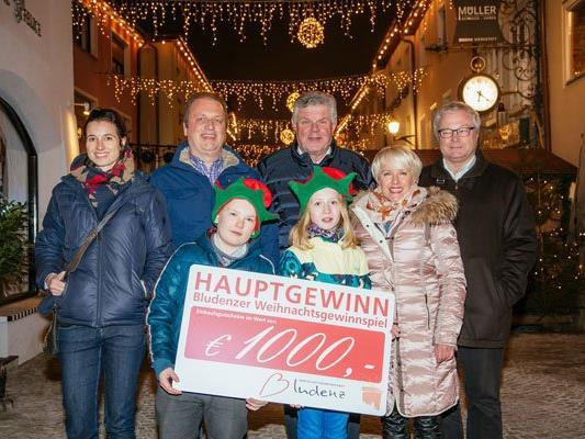 Der Hauptgewinn des Bludenzer Weihnachtsgewinnspiels wurde vergangenen Freitag verlost. (v.l. Ulrike Dirnbauer, Hanno Fuchs, Mandi Katzenmayer, Marianne Frainer und Herbert Kessler mit Kilian und Vanessa).