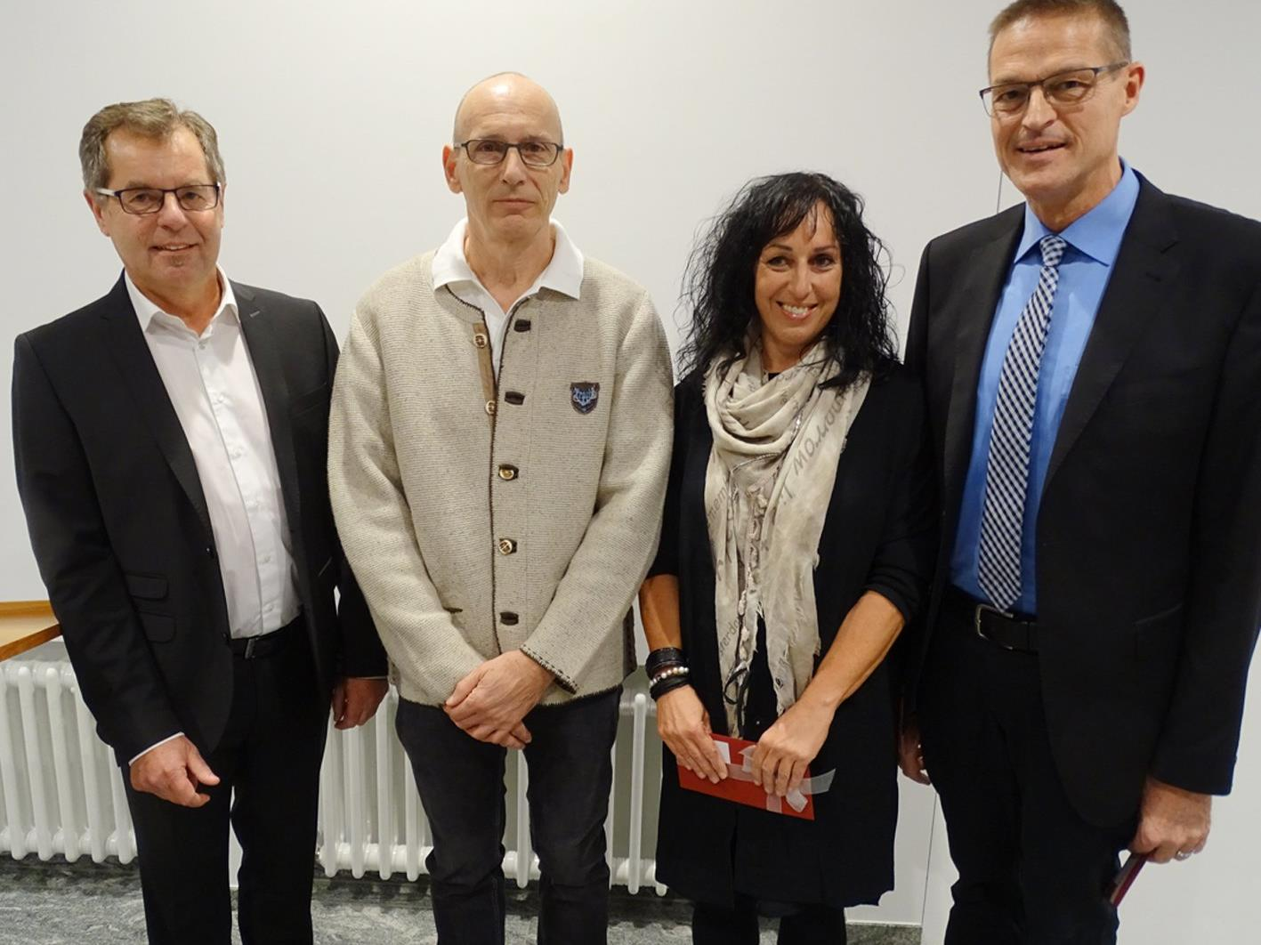 Dietmar Hartner (l.) und LR Christian Bernhard dankten E. Bolter und W. Emberger für 35 Jahre Dienst