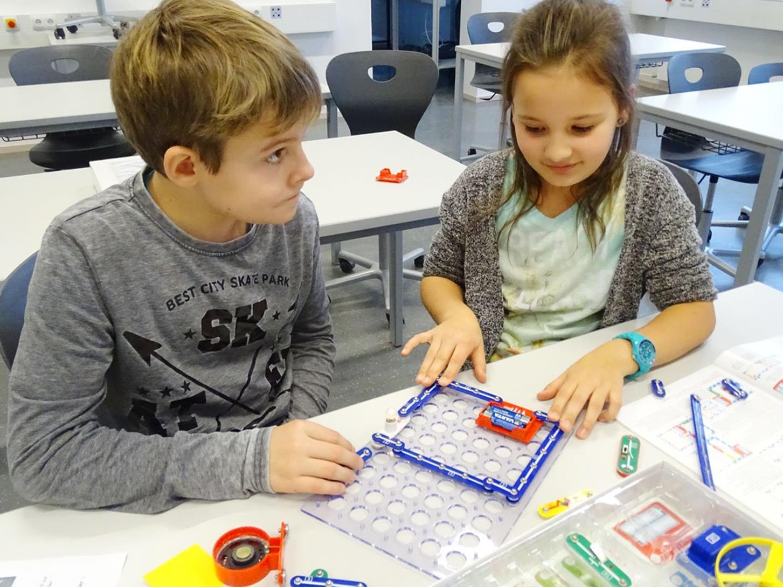 Im Physik-Workshop wurden mit dem Elektro-Baukasten Stromkreise gebaut.
