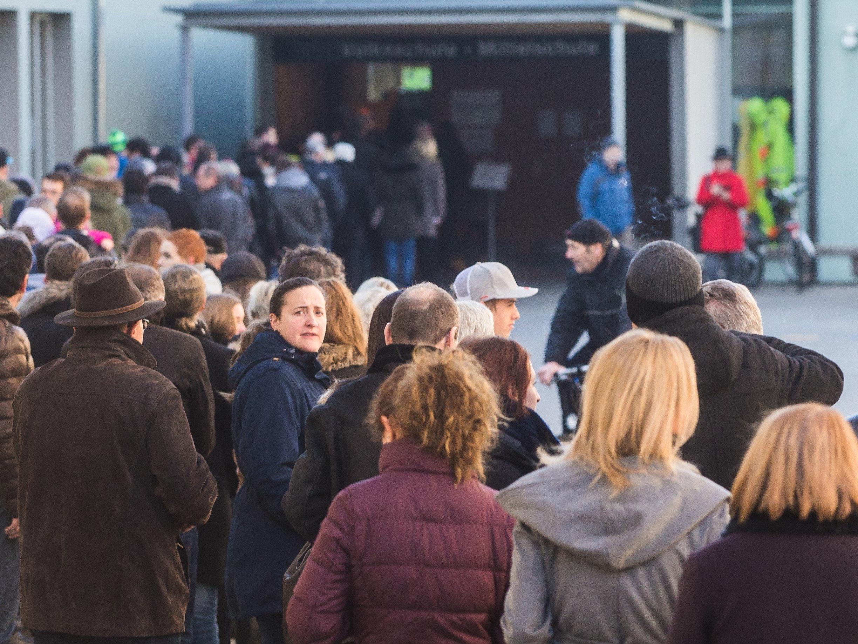 Die Warteschlange vor dem Wahllokal in Schwarzach am Sonntag Vormittag.