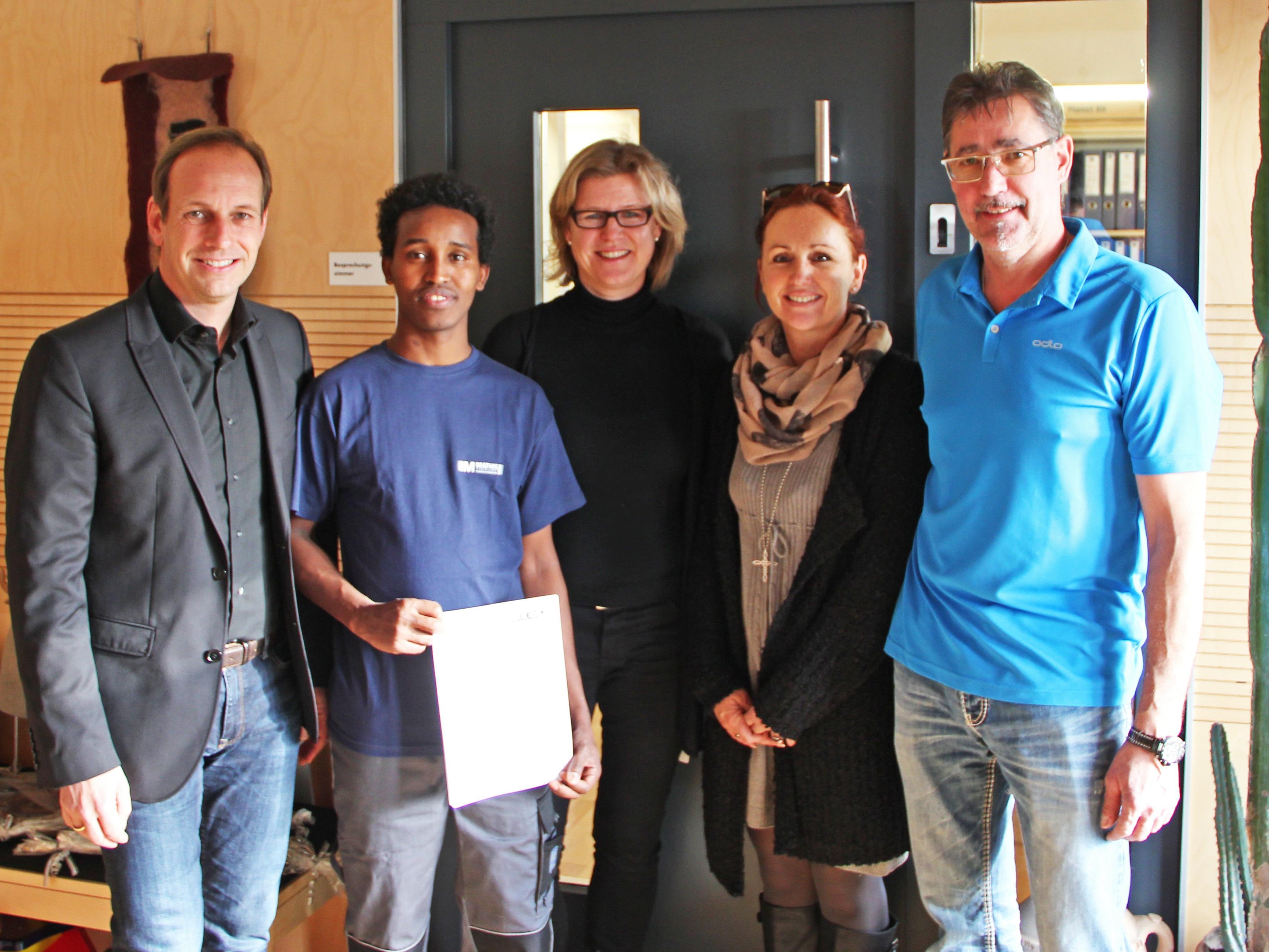 v. l. Bürgermeister Dieter Egger, Yousuf Muse, Bettina Strobl, Irene und Eugen Mathis